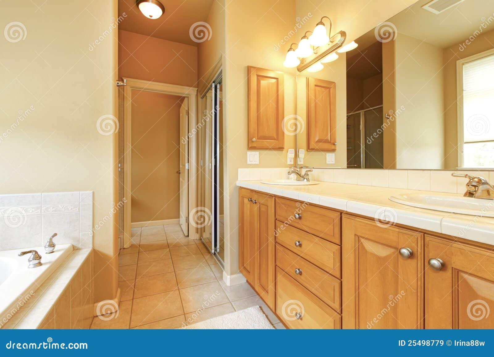 Beige inre stort trä för badrum royaltyfria bilder   bild: 25498779
