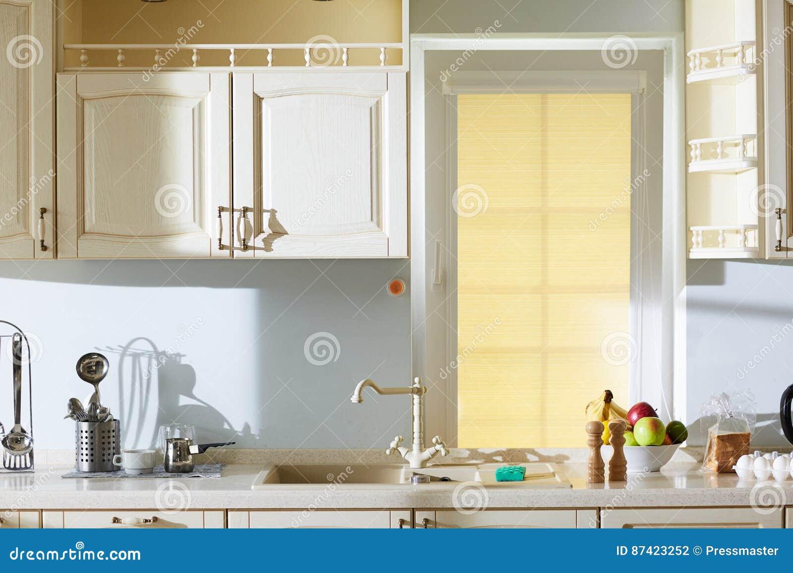 Beige keuken in klassieke stijl stock foto afbeelding bestaande