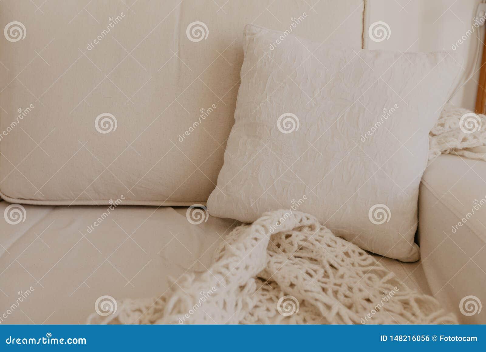 Beige Sofa mit Kissen im Wohnzimmer