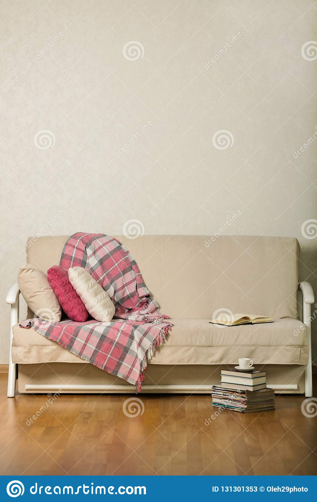 Beige Sofa Mit Plaid Und Bunten Kissen Rosa, Grau, Weißes W ...