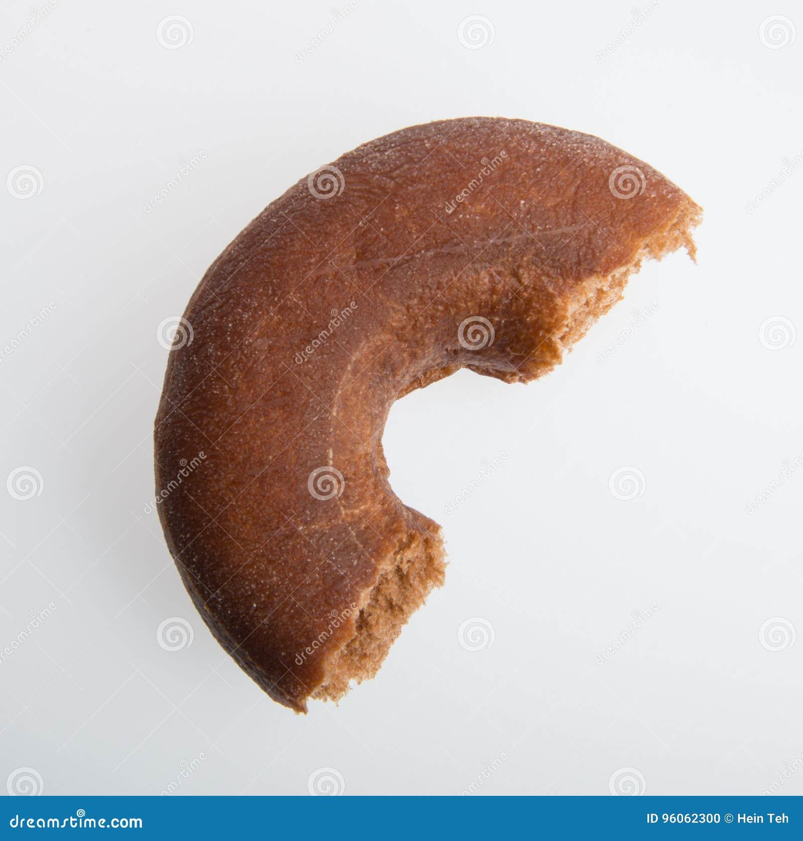 Beignet ou beignet avec la morsure absente sur un fond