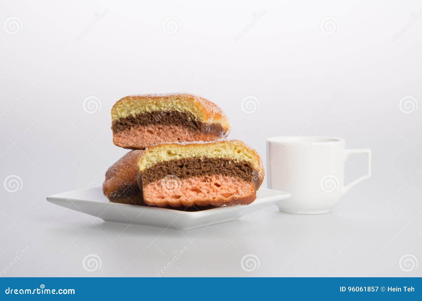 Beignet ou beignet et café sur un fond