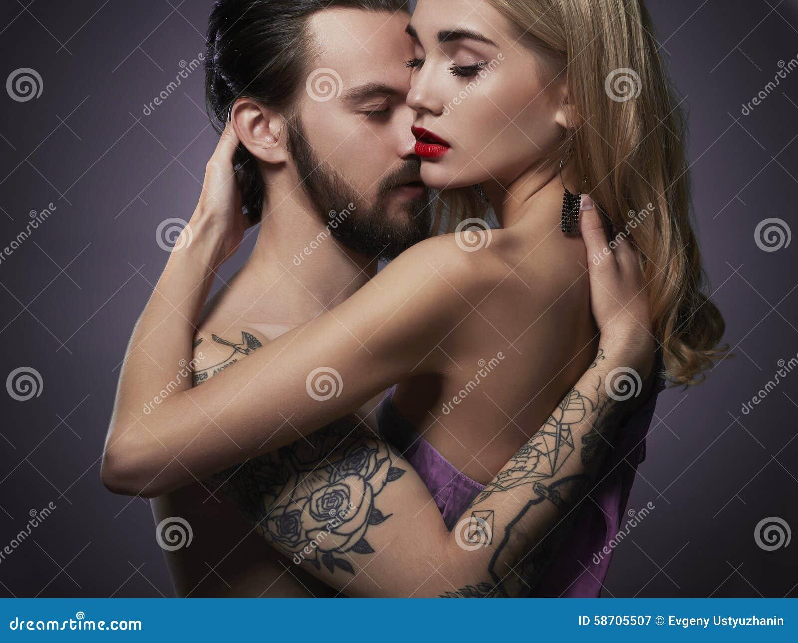 Beijando pares mulher bonita e homem considerável menino e menina bonitos