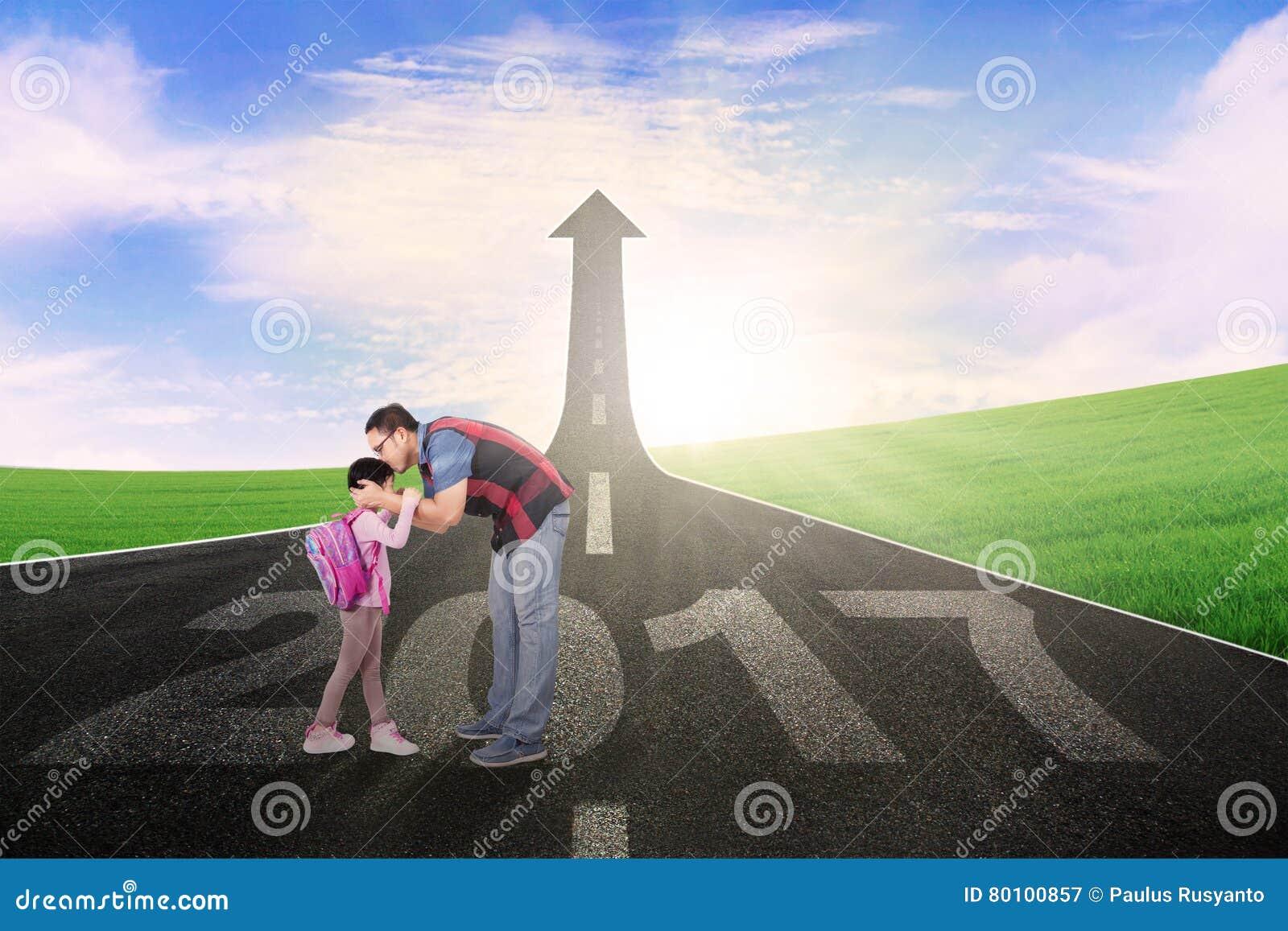 Beijo do homem sua filha na rua