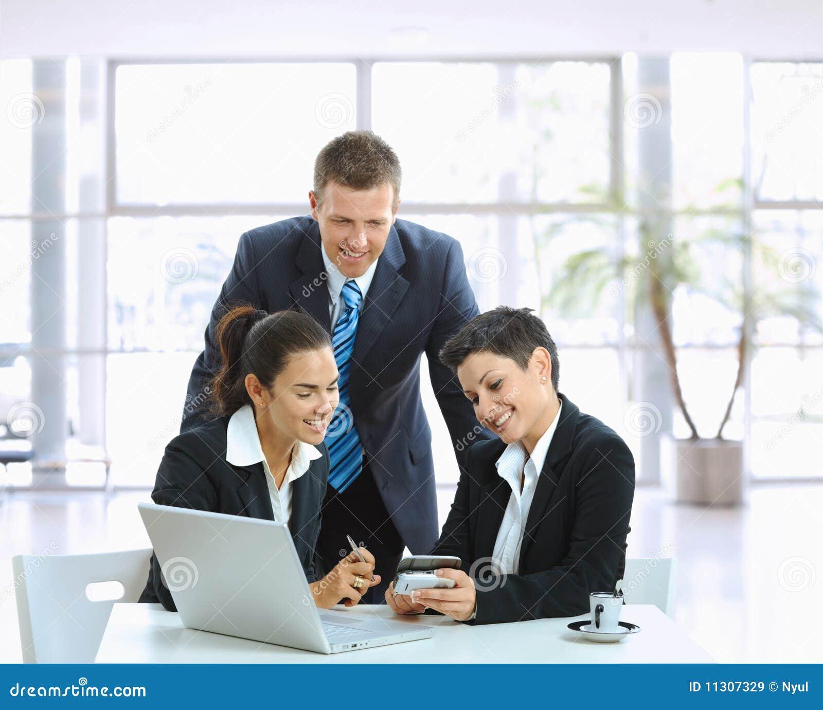 Beiläufige Sitzung in der Bürovorhalle