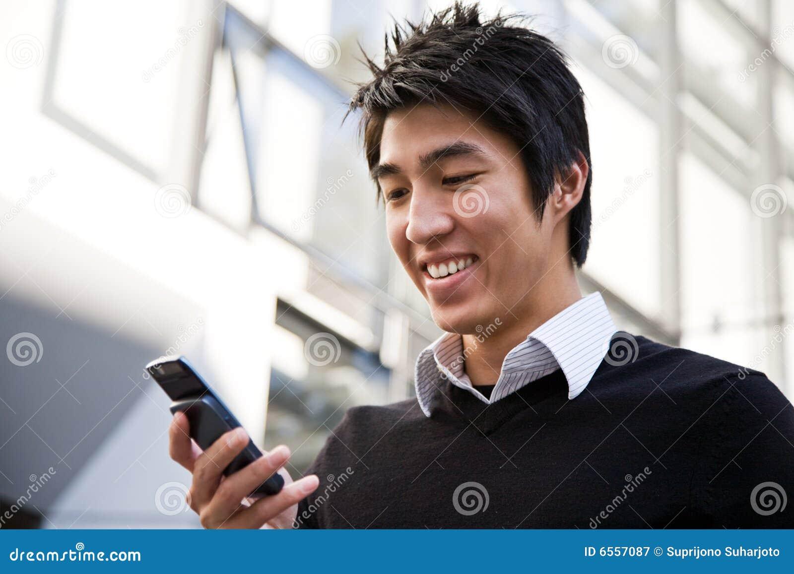 Beiläufiger asiatischer texting Geschäftsmann