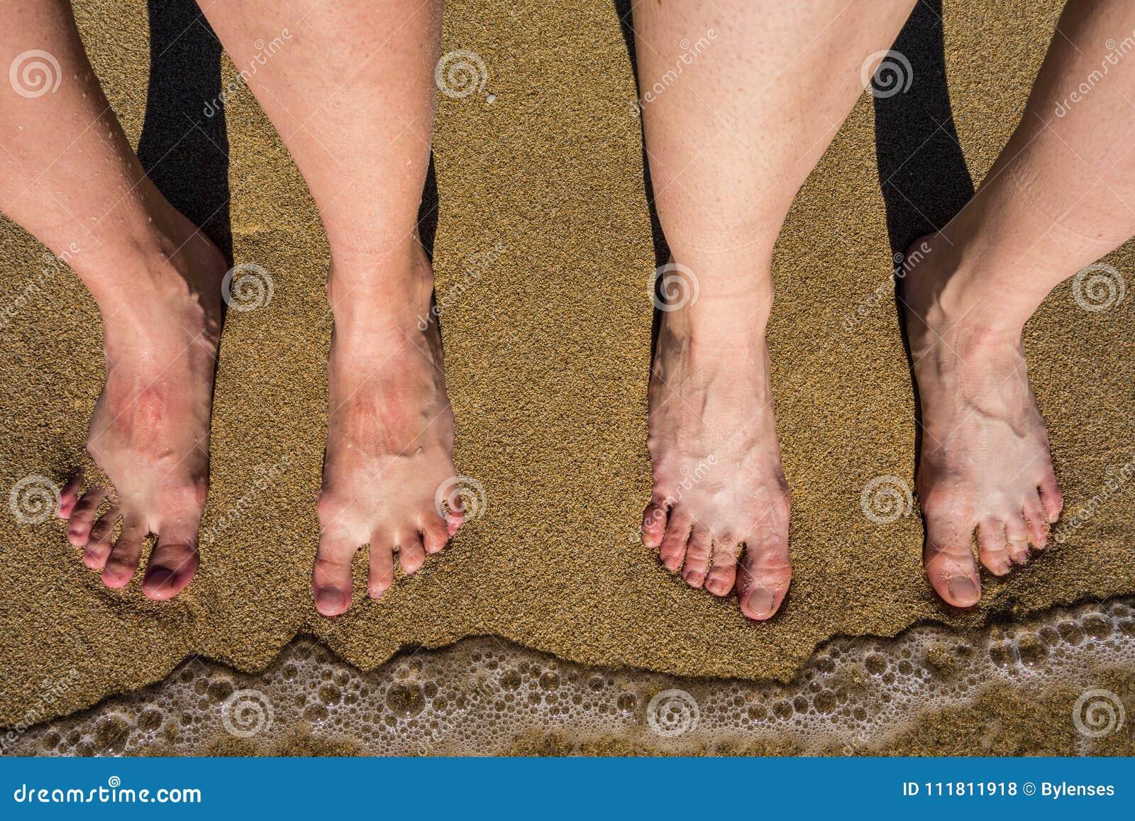 Beine auf einem sandigen Strand in Palma de Mallorca, Spanien