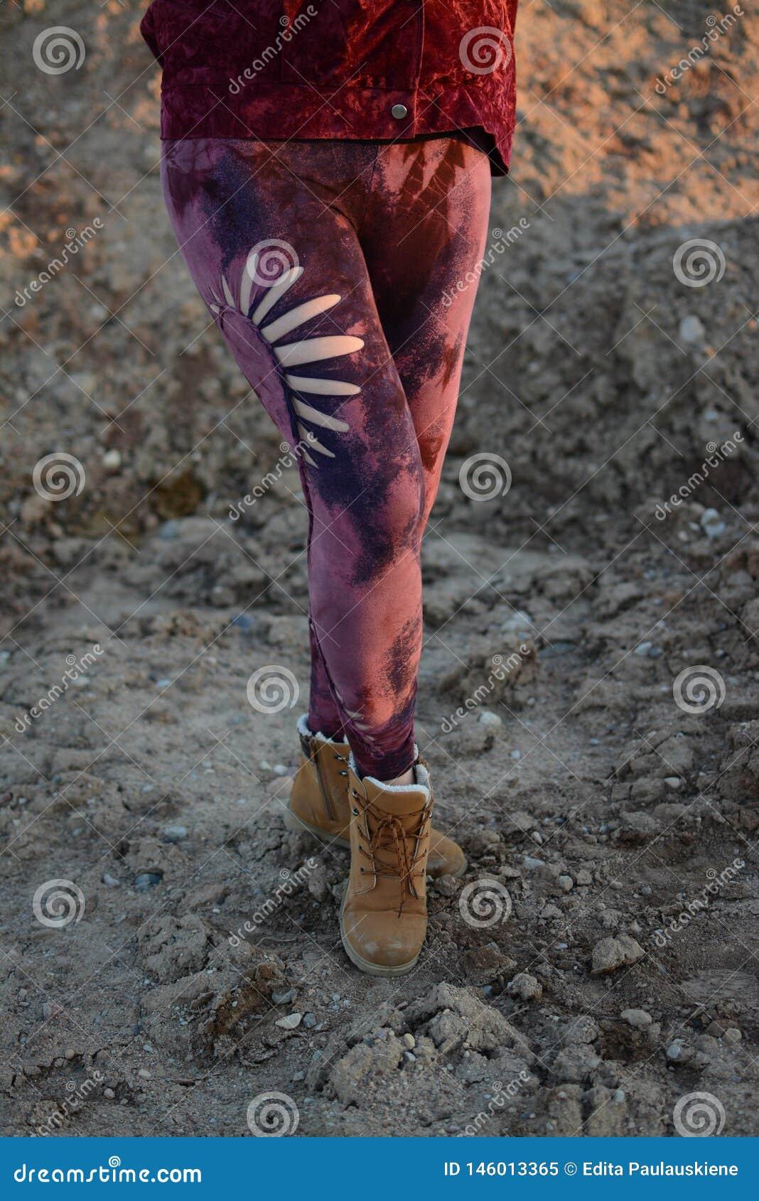 Beine in den sch?nen und einzigartigen herausgeschnittenen Strumpfhosen, Festivalmode, goldene Stunde, warmer Abend