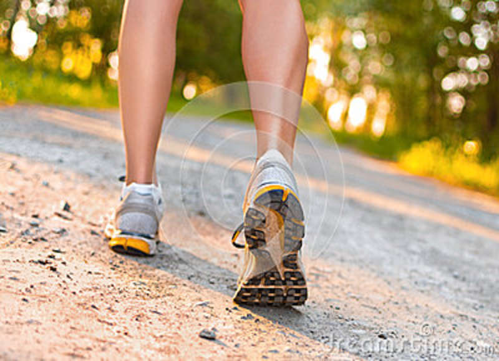 Beine der jungen Sportfrau, die auf die Straße geht