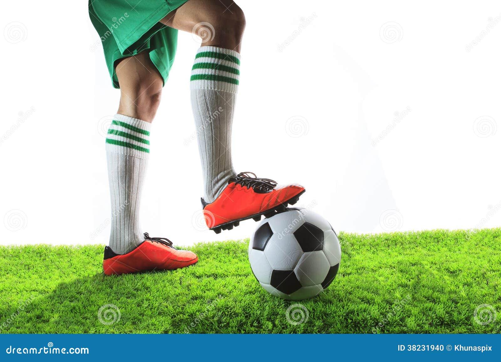 Beine des Fußballspielers, des Fußballspielers und des Fußballs lokalisiert