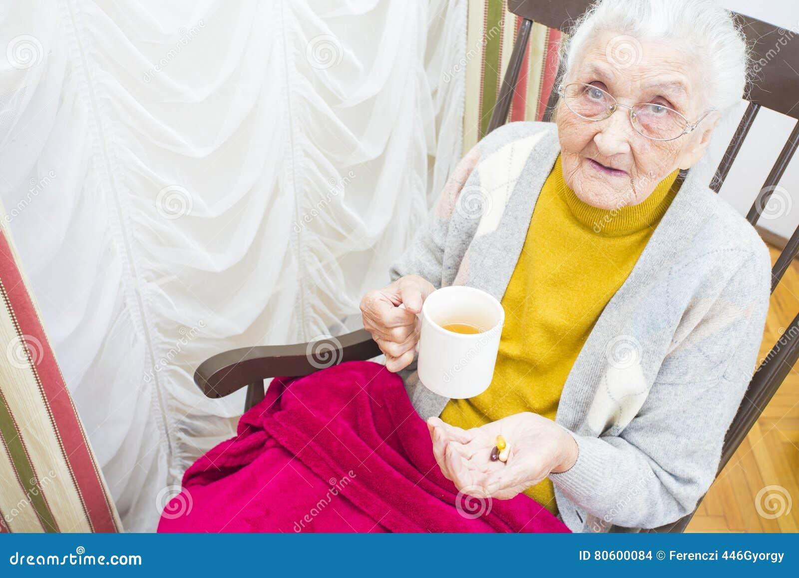 Bejaarde dame die medicijn nemen
