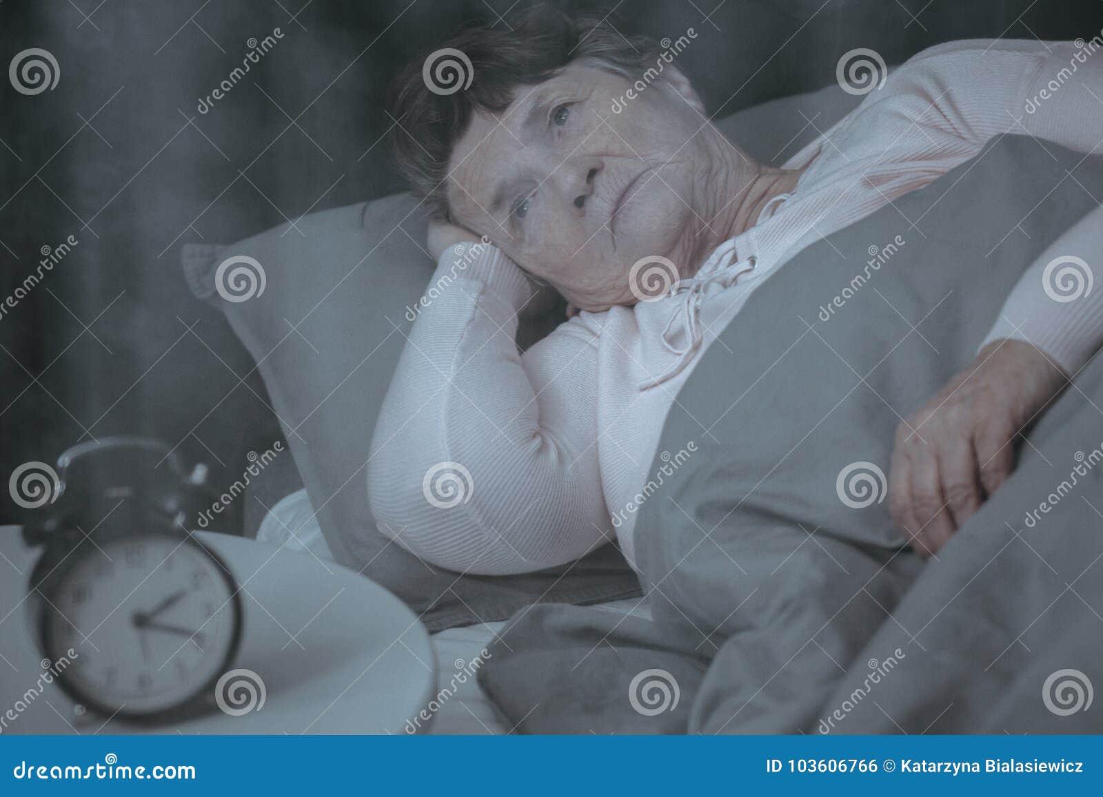 Bejaarde die aan slaap proberen