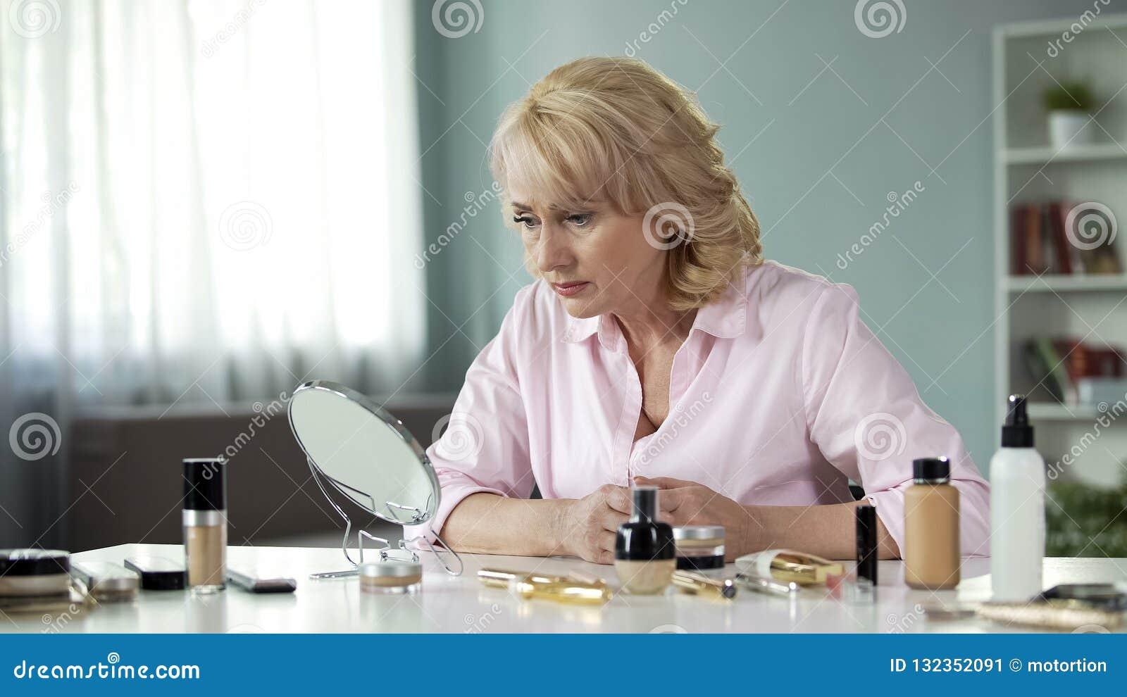 Bejaarde die droevig in spiegel met samenstelling op lijst kijken, het verouderen proces