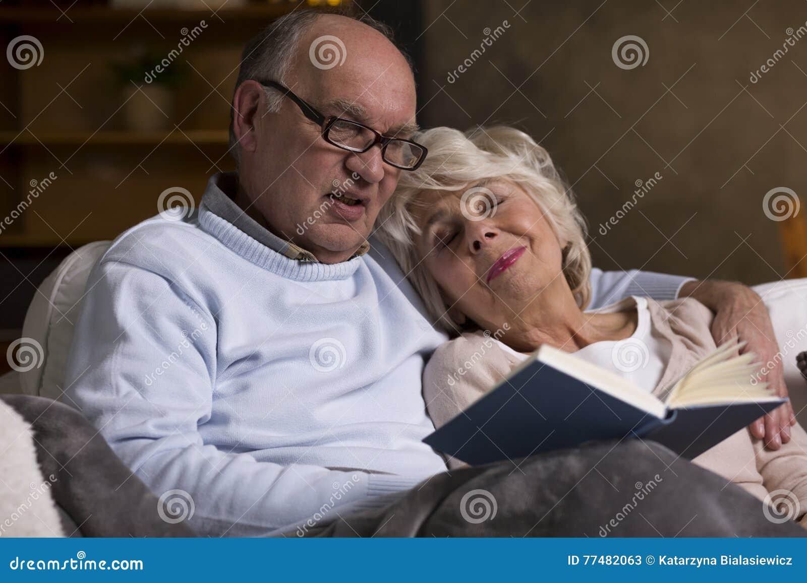 Bejaarde mensen die boek lezen