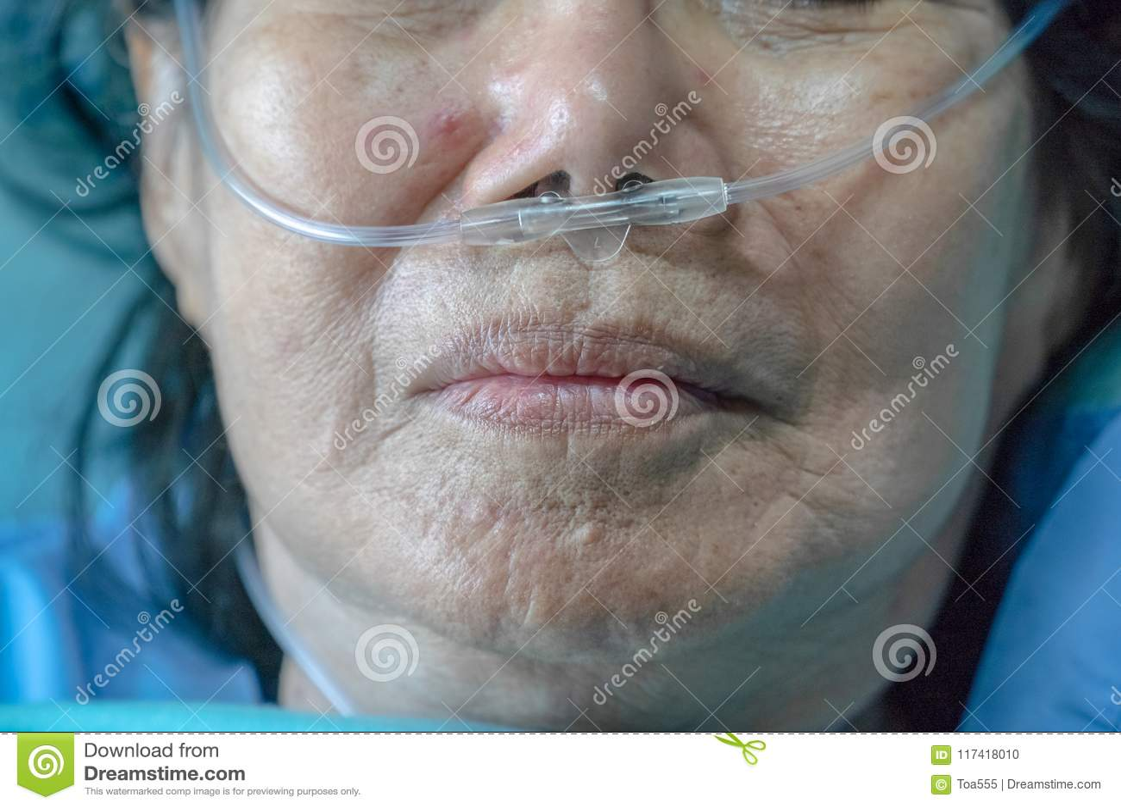 Bejaarde met neus ademhalingsbuis