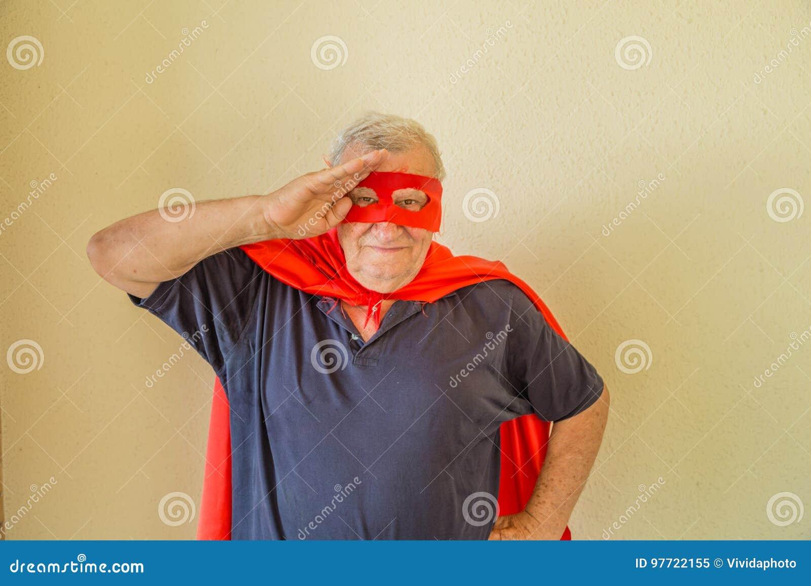 Bejaarde superhero die een militaire begroeting doen