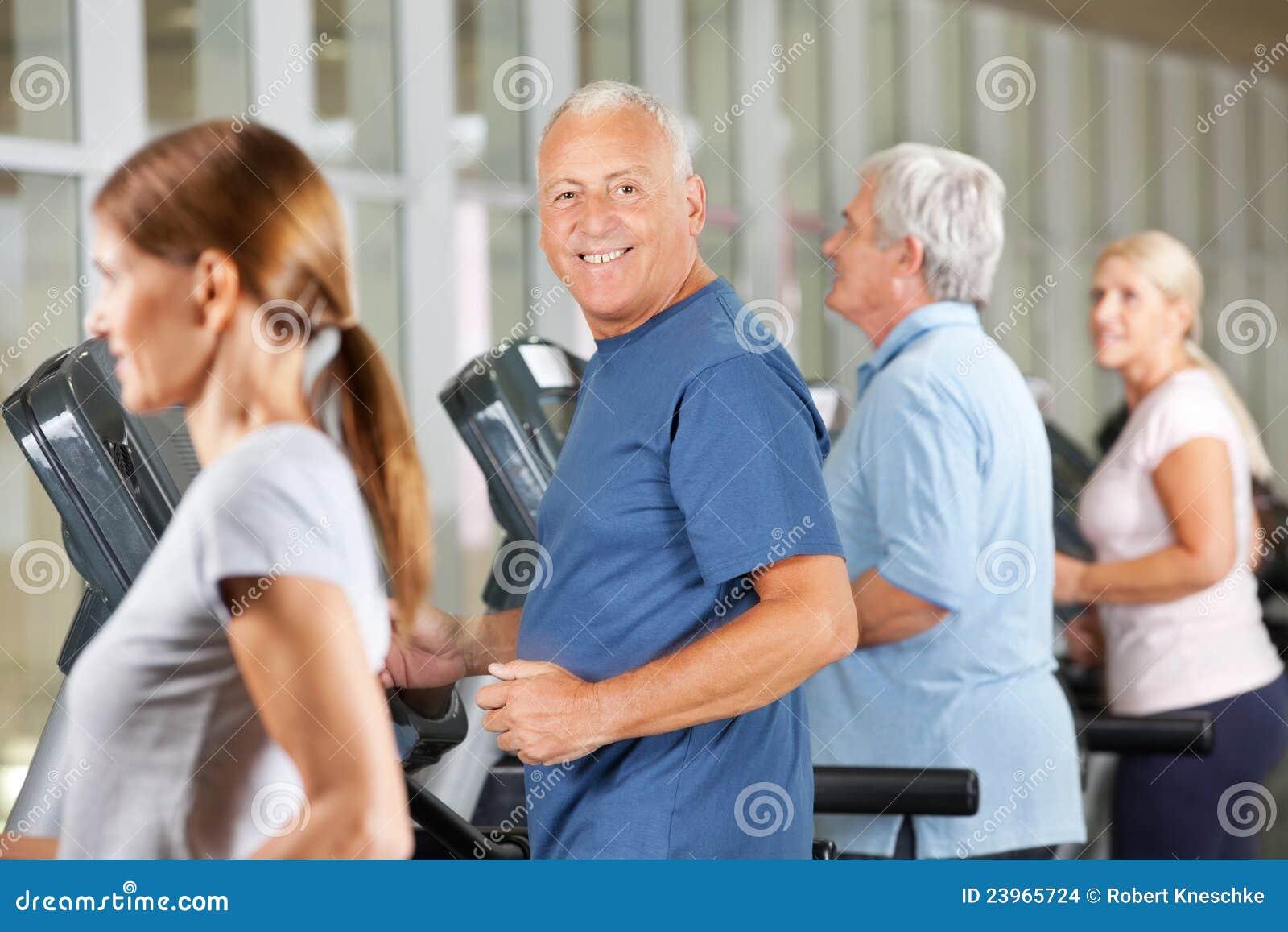 Bejaarden die aanstoten