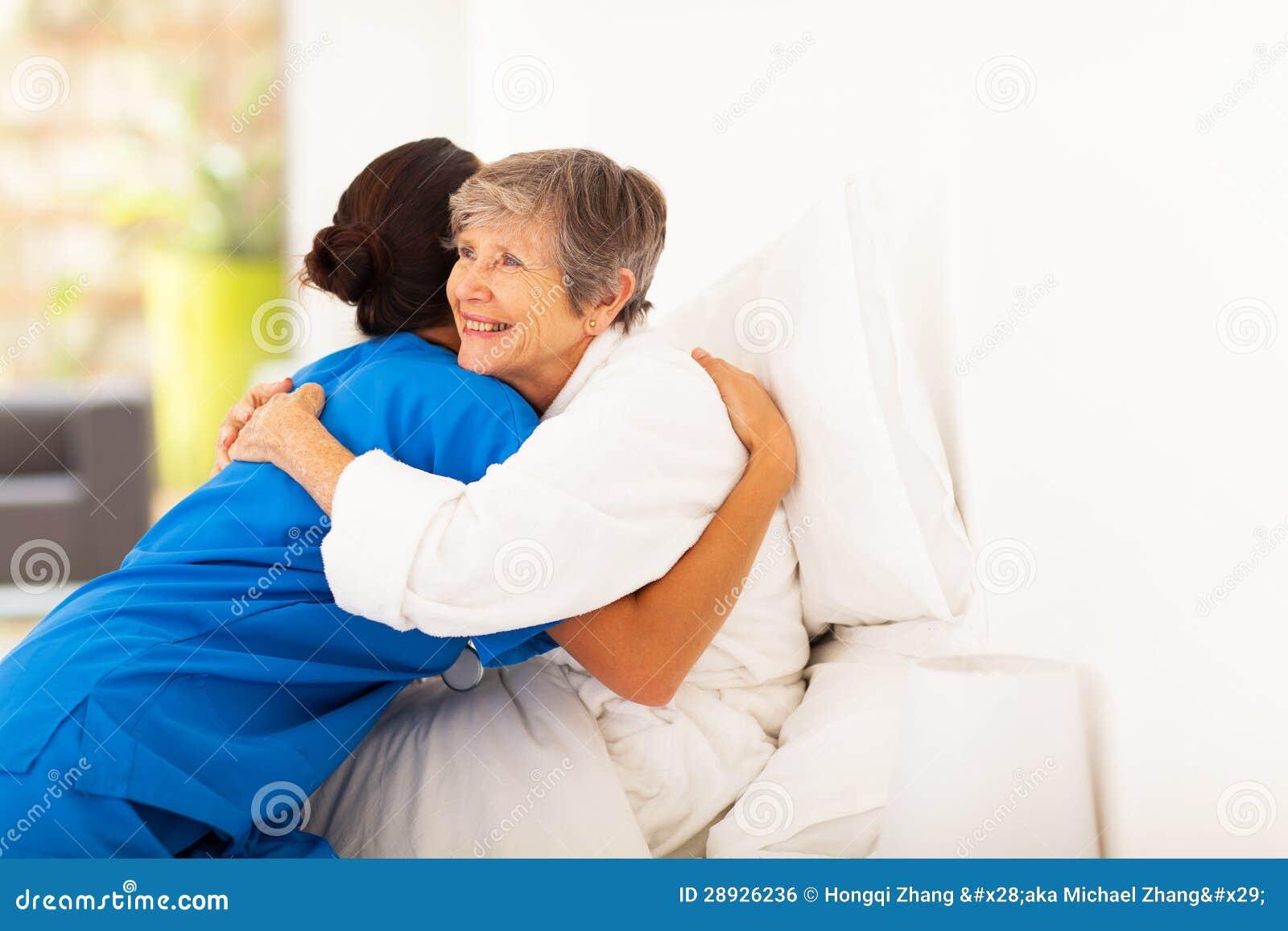 Bejaarden die caregiver koesteren