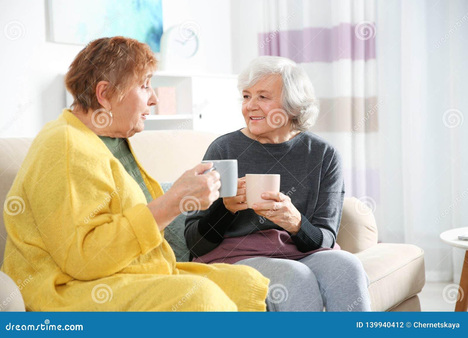 Bejaarden die thee samen drinken