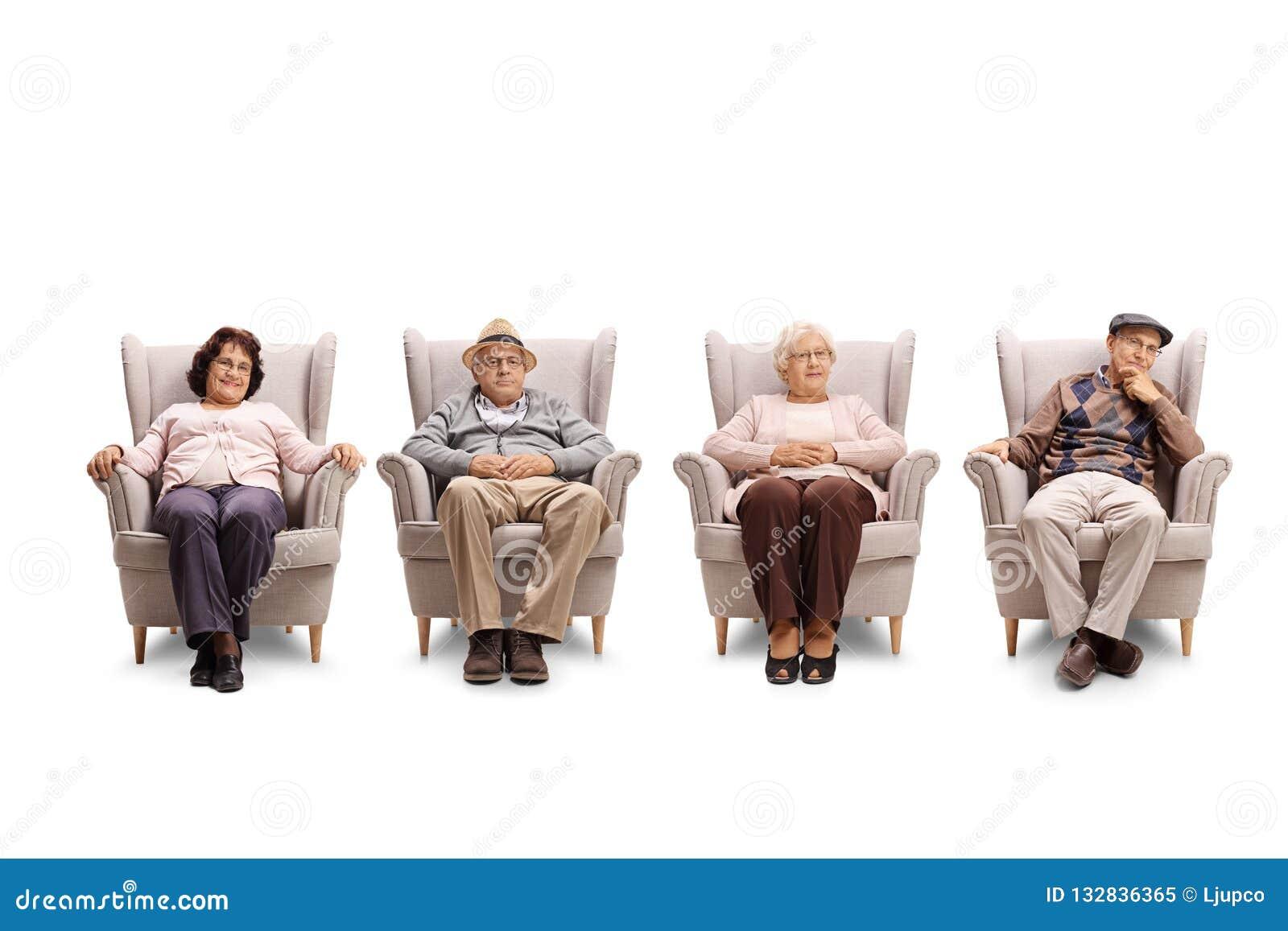 Bejaarden en vrouwen die in leunstoel zitten en de nok bekijken