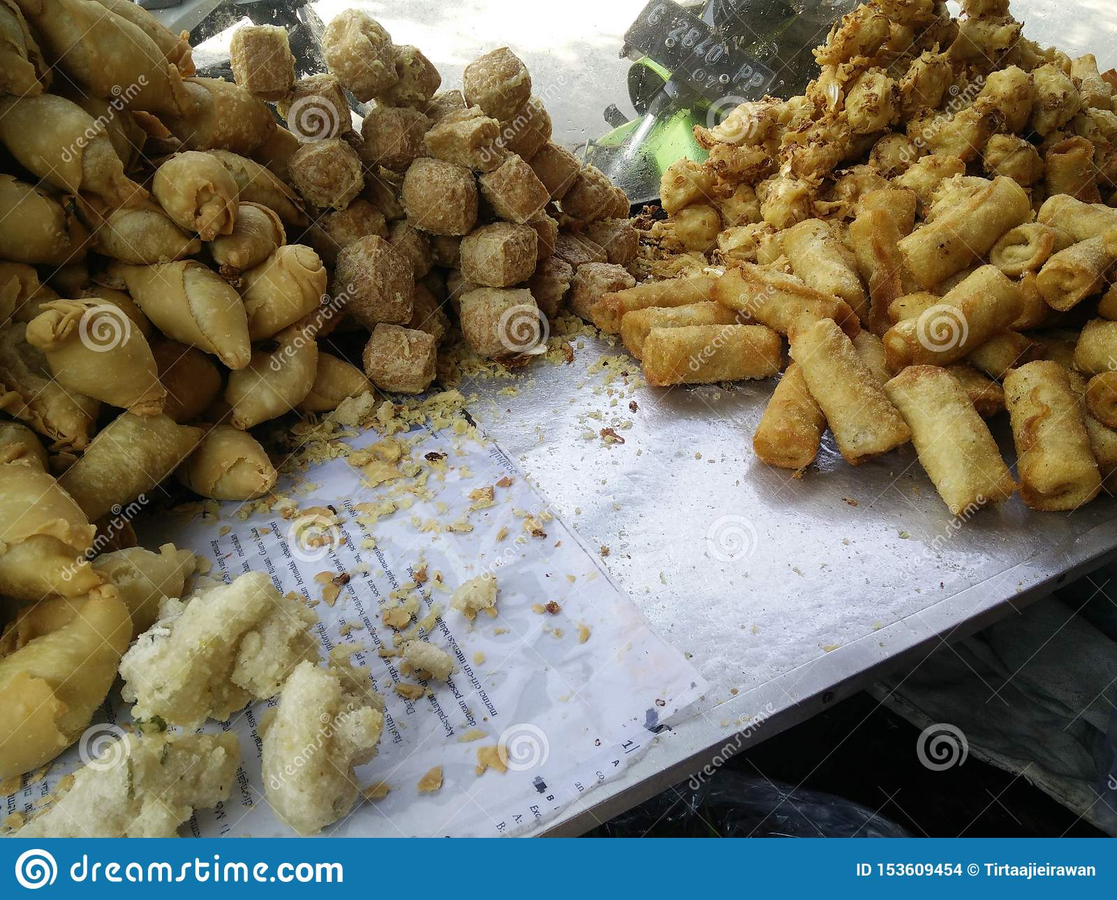 Bekasi Indonesia 10 de julio de 2019 Gorengan: La comida frita es un tipo de bocado popular en Indonesia, tempeh frito, plátano d