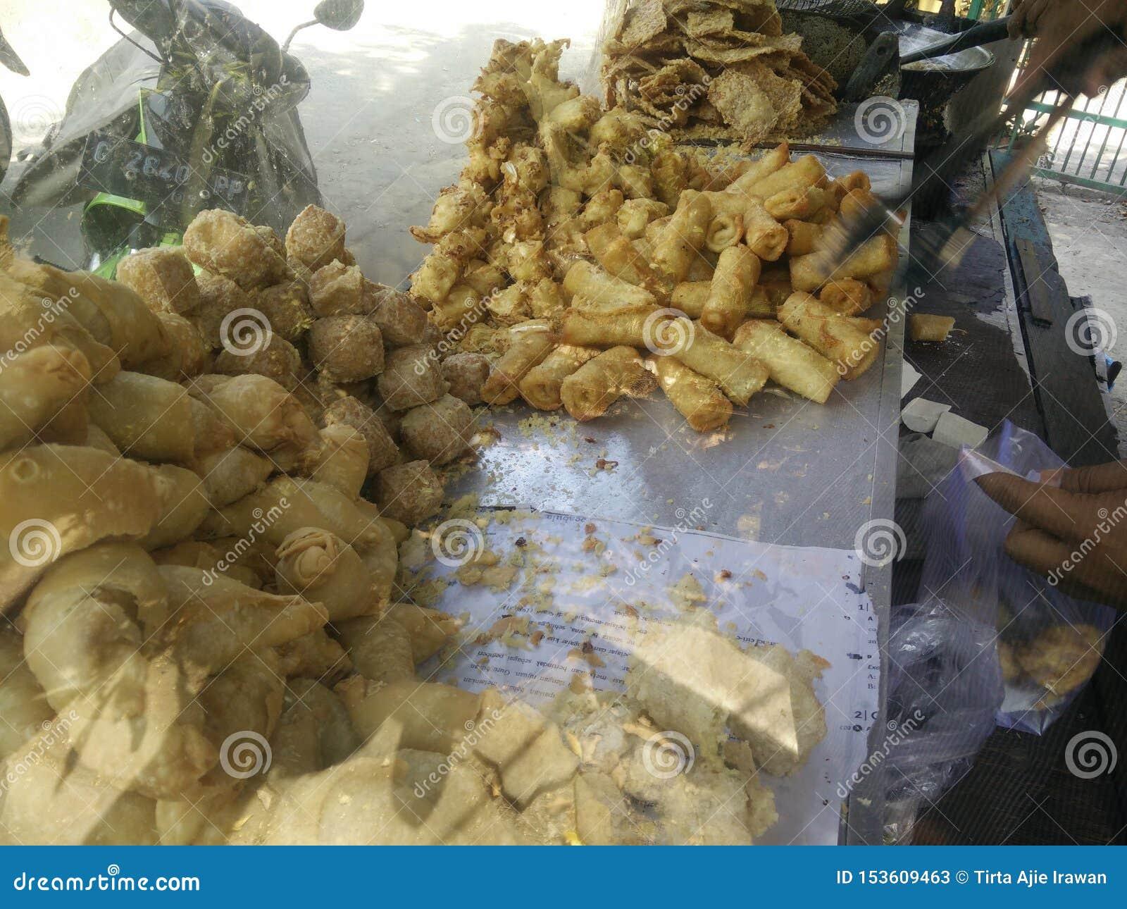 Bekasi Indonezja Lipiec 10 2019 Gorengan: Smażący jedzenie jest jeden typem popularna przekąska w Indonesia, smażący tempeh, tofu