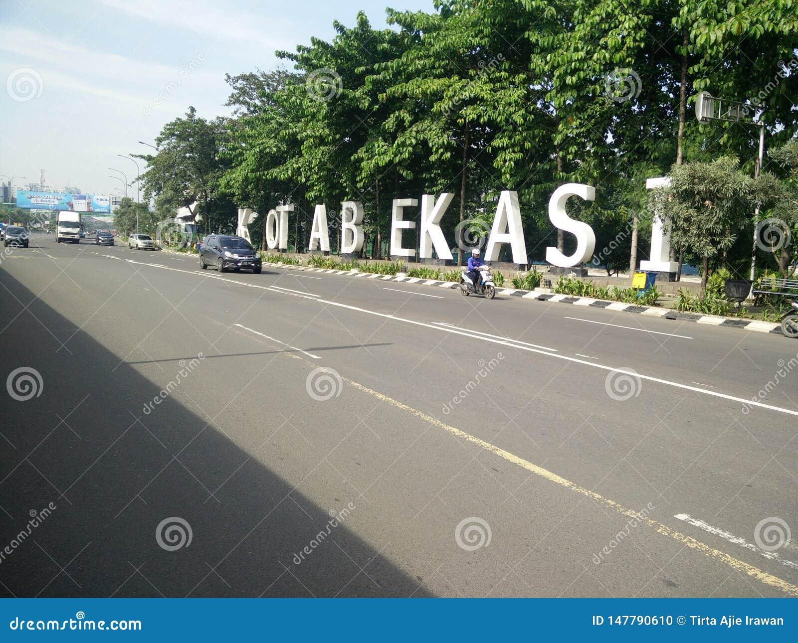 Bekasi västra java Indonesien april 9 2019 gränsmärke av bekasistaden på ahmadyanigatan
