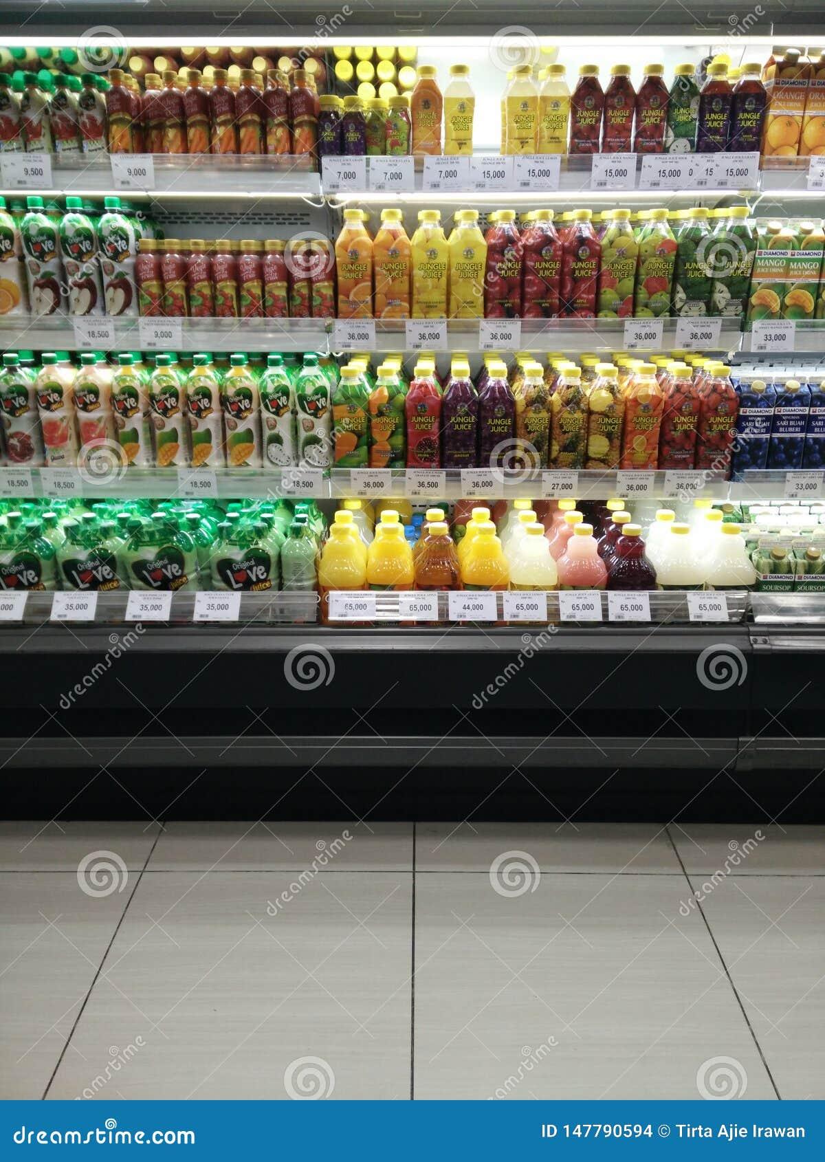 Bekasi västra Java/Indonesien April 13 2019 variation av produkten för fruktsaft för ny frukt i en till salu chiller