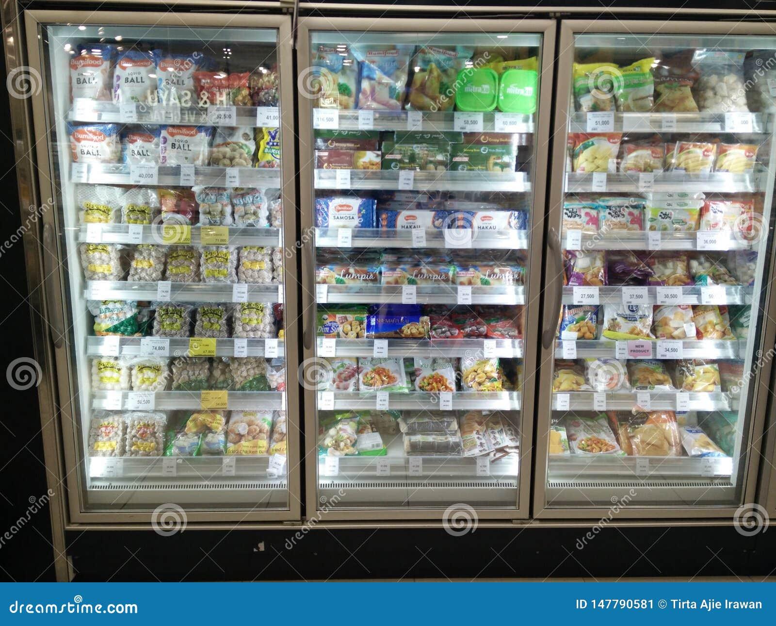 Bekasi v?stra java/indonesia April 13 2019: Djupfryst mat p? supermarket