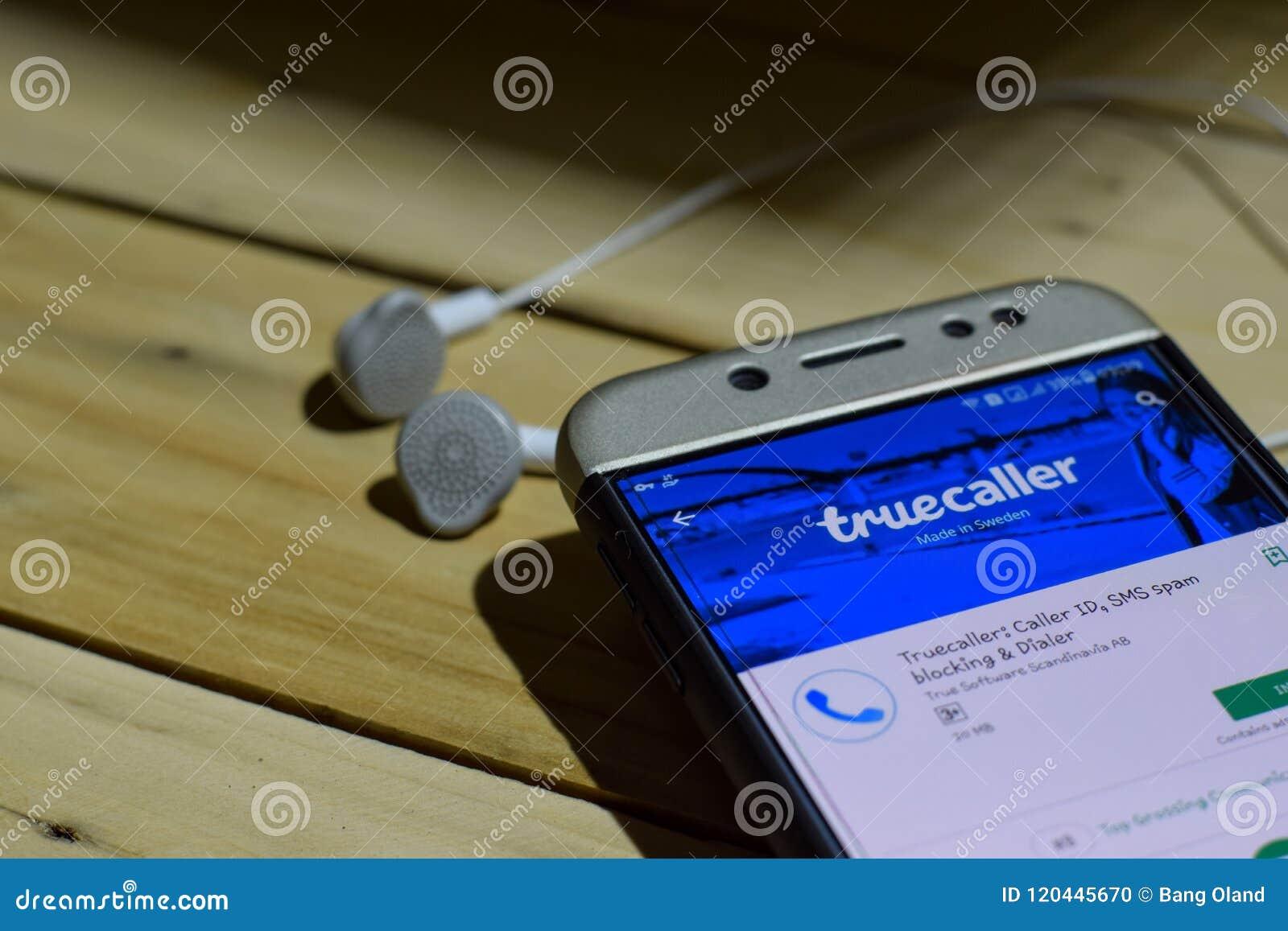 BEKASI, WEST-JAVA, INDONESIË 04 JULI, 2018: Truecaller dev toepassing op Smartphone-het scherm Bezoekersidentiteitskaart, SMS, sp