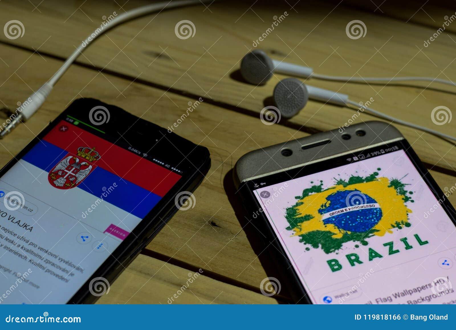 BEKASI, WEST-JAVA, INDONESIEN 26. JUNI 2018: Serbien gegen Brasilien auf Smartphone-Schirm Wenn Suchikonen-Fußball oder Fußball i