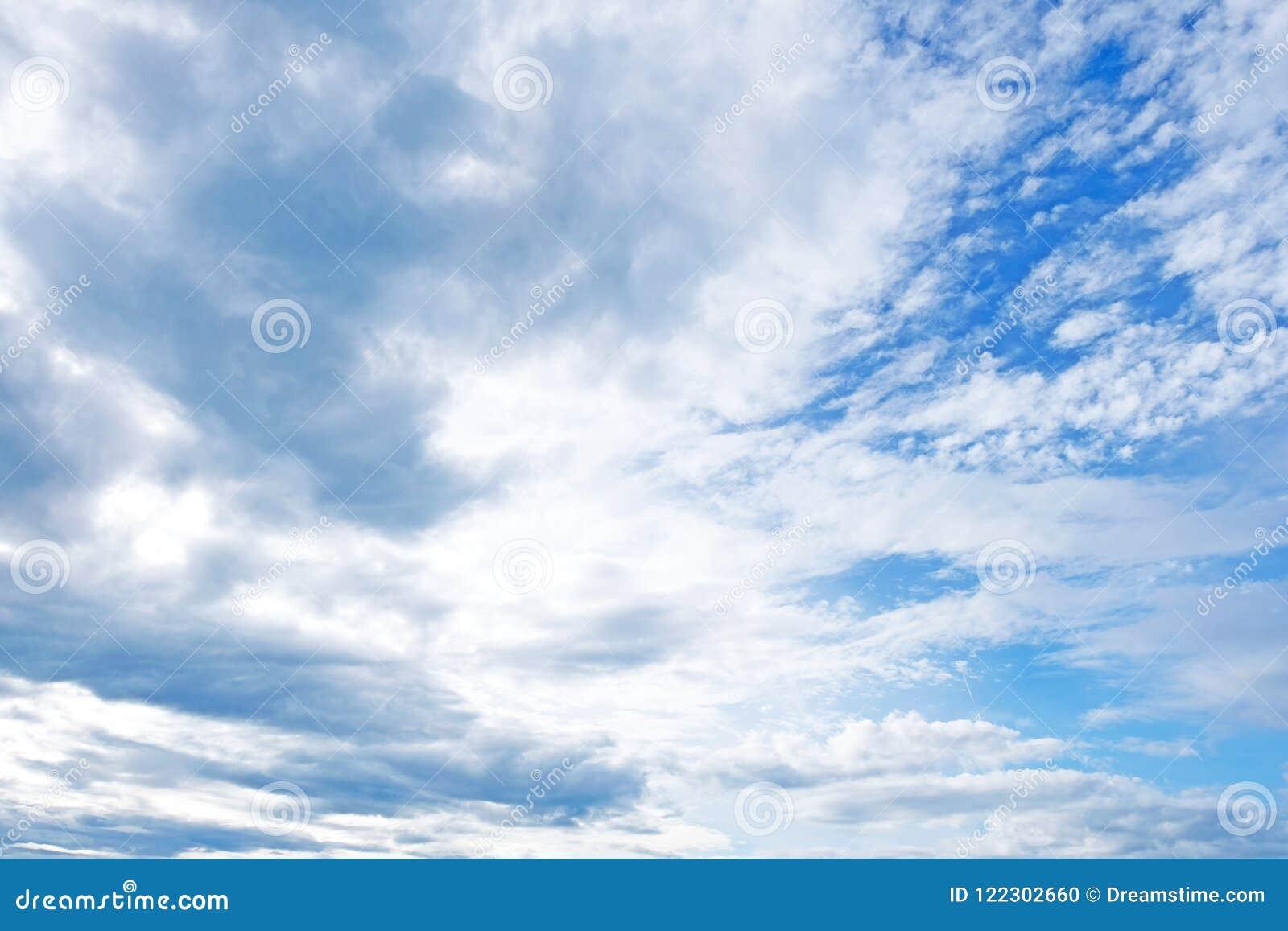Bekijk omhoog het overzees van blauw boven de aarde De gezwollen witte wolken stippelen duidelijke blauw en de vlotter lui over d