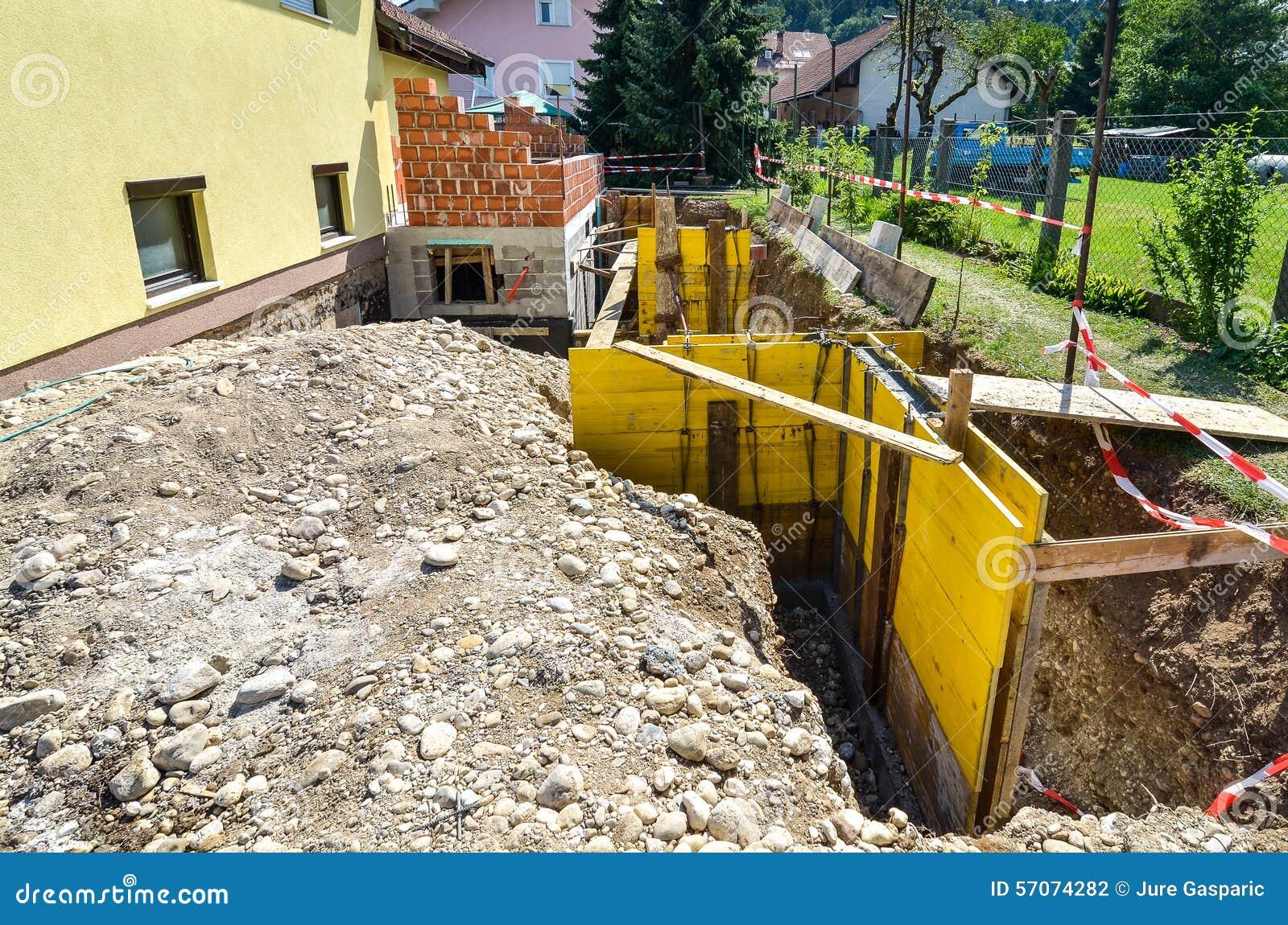 Bekisting voor het beton stariway in een familiehuis rand