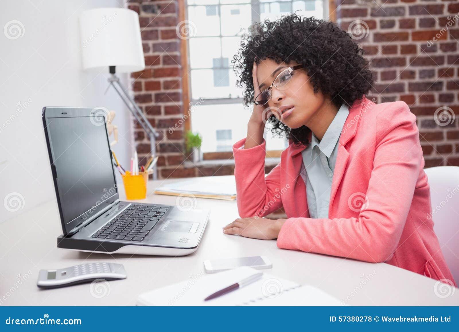 Beklemtoonde toevallige onderneemsterzitting bij bureau
