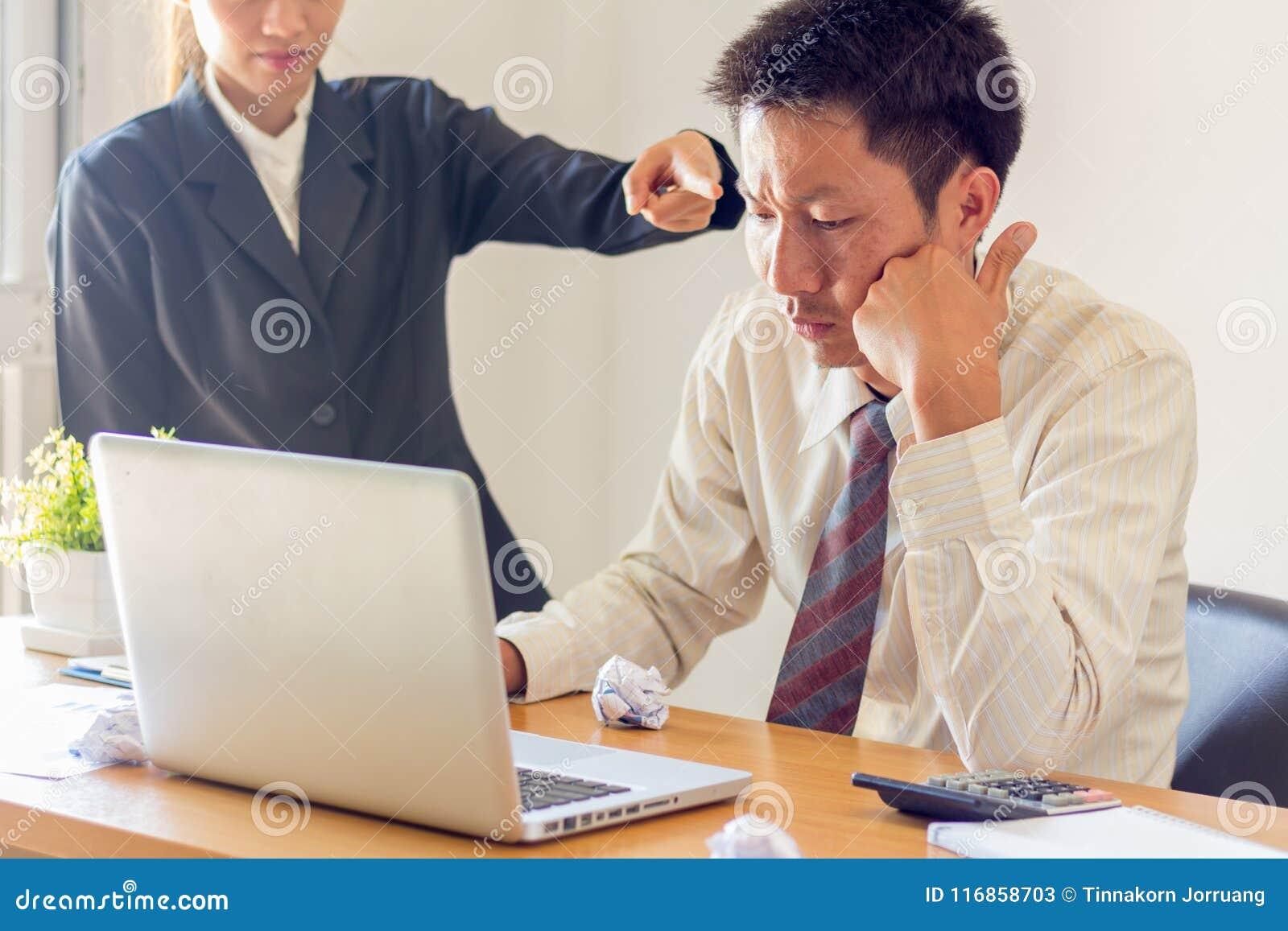Beklemtoonde zakenman die problemen en hoofdpijn, Onjuiste adm hebben