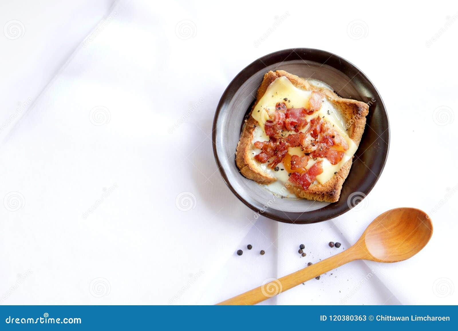 Bekon, jajko i chleb,