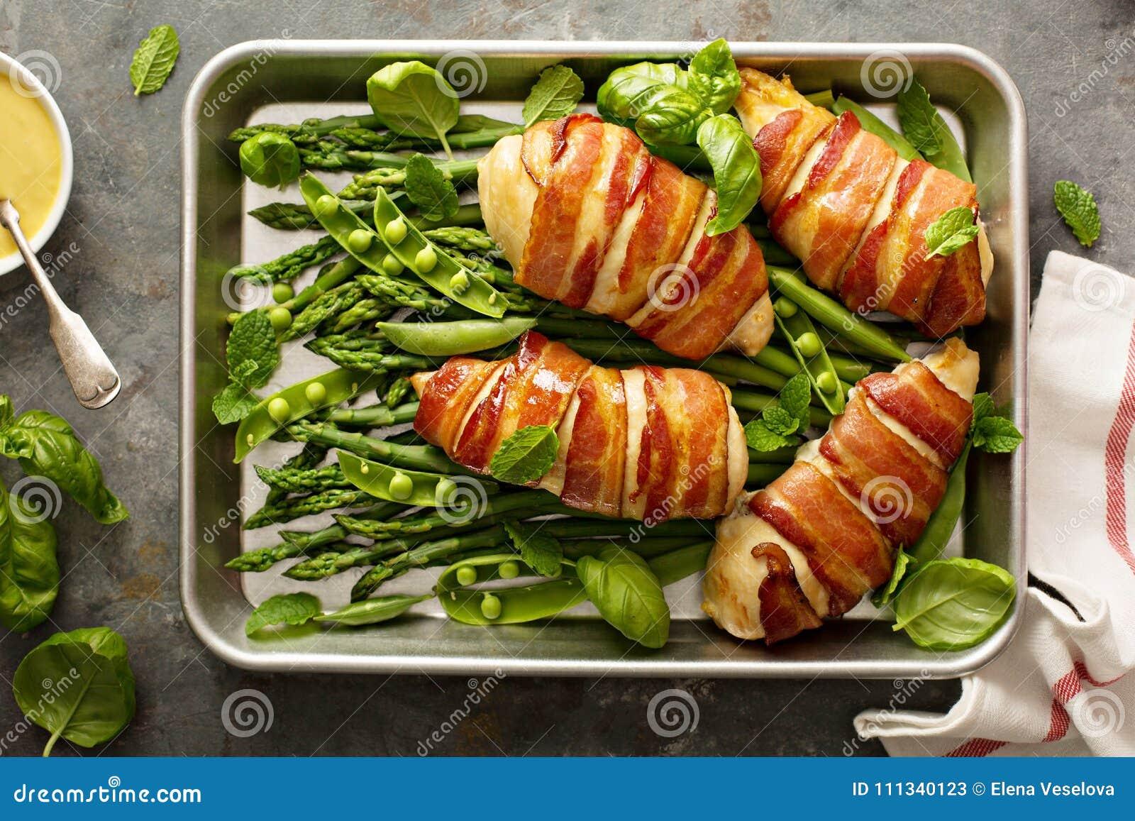 Bekon zawijająca kurczak pierś z asparagusem