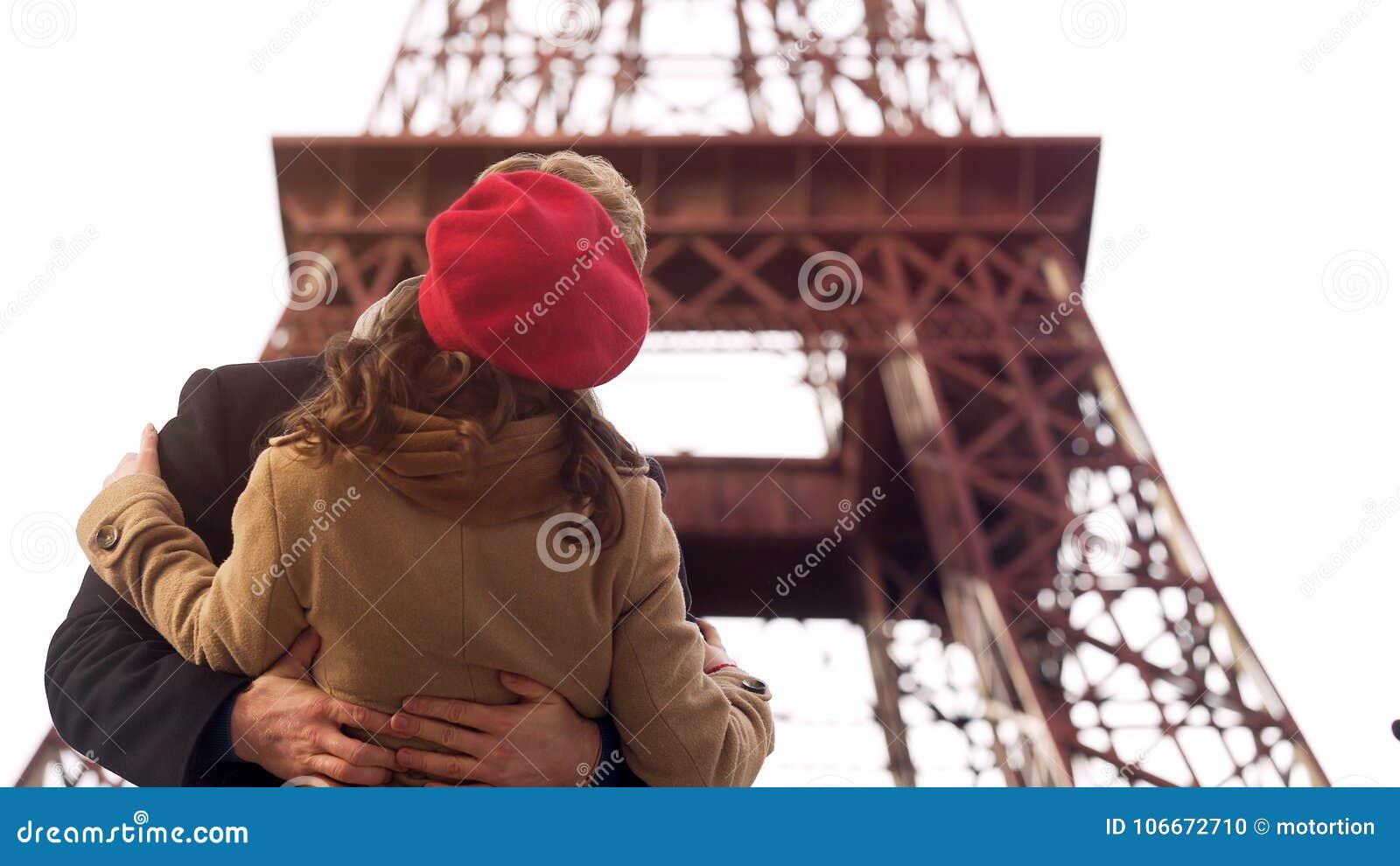 Bekoorde man die passionately geliefde vrouw op romantische datum in Parijs kussen