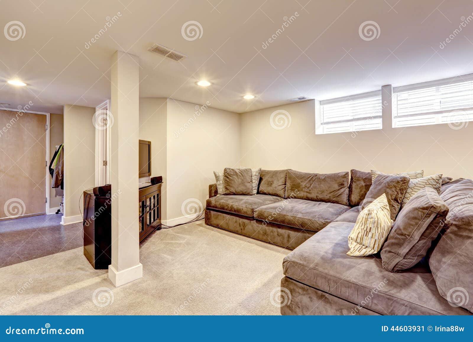 bekv m brun soffa med kuddar fotografering f r bildbyr er bild 44603931. Black Bedroom Furniture Sets. Home Design Ideas