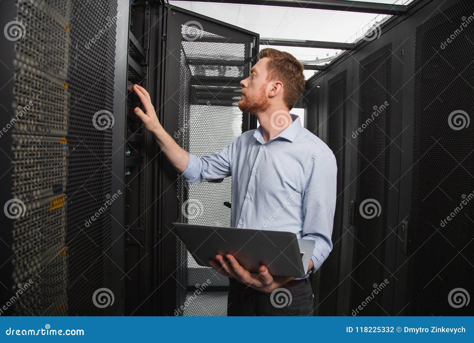 Bekwame IT technicus die verbinding vestigen