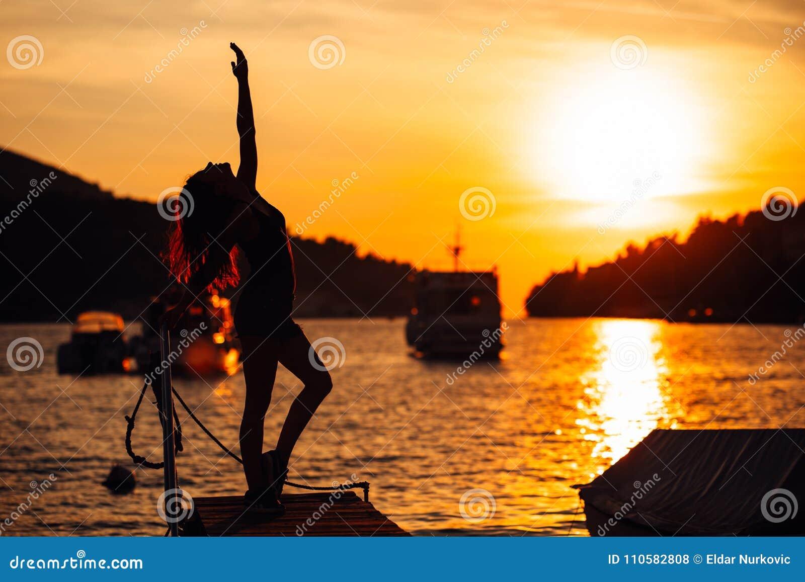 Bekymmerslös allsidig kvinna i natur Finna inre fred Andlig läka livsstil Tycka om fred, anti--spänning terapi, mindfulness M