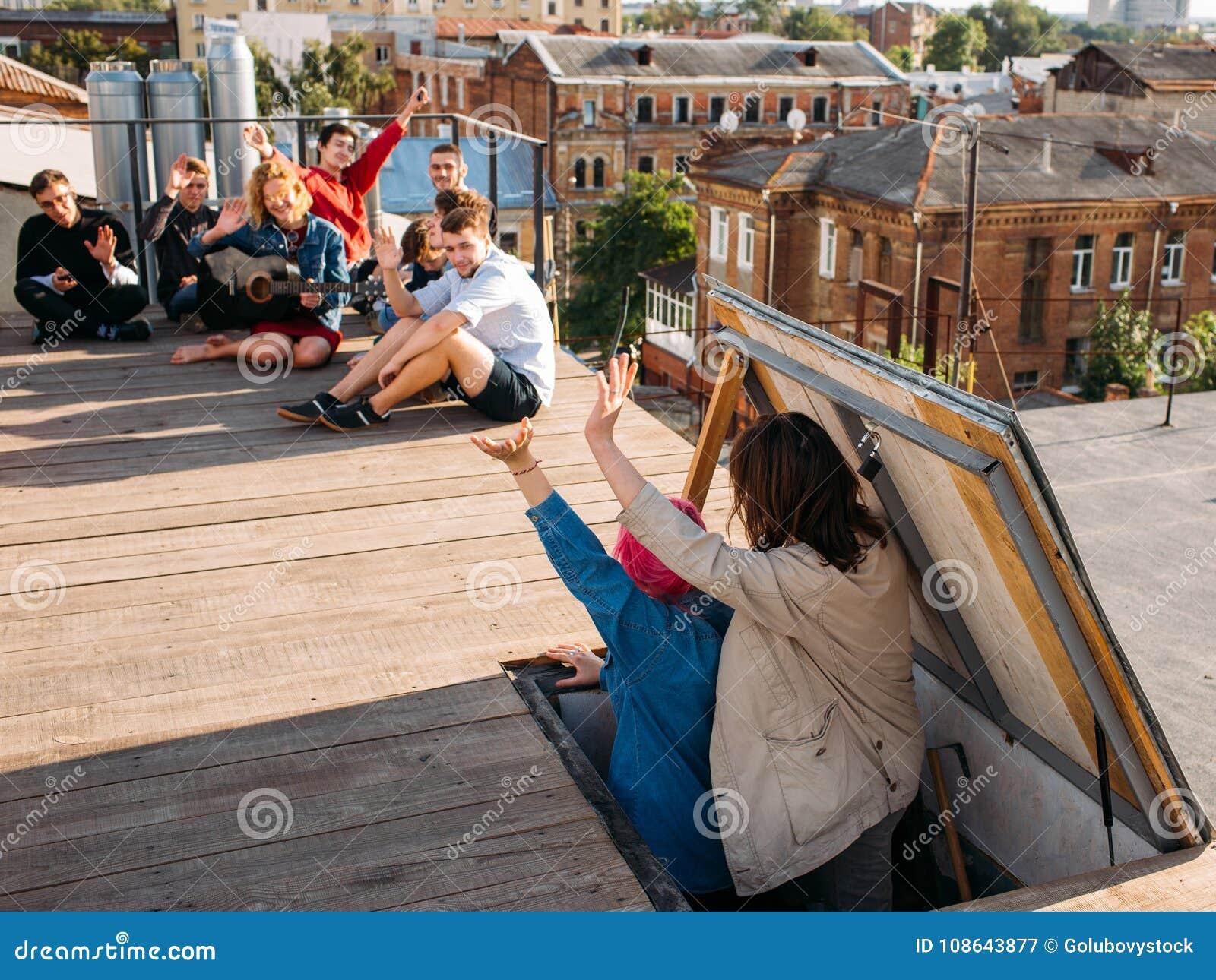 Bekymmerslös fritid för ungdom för vänner för takpartihälsningar