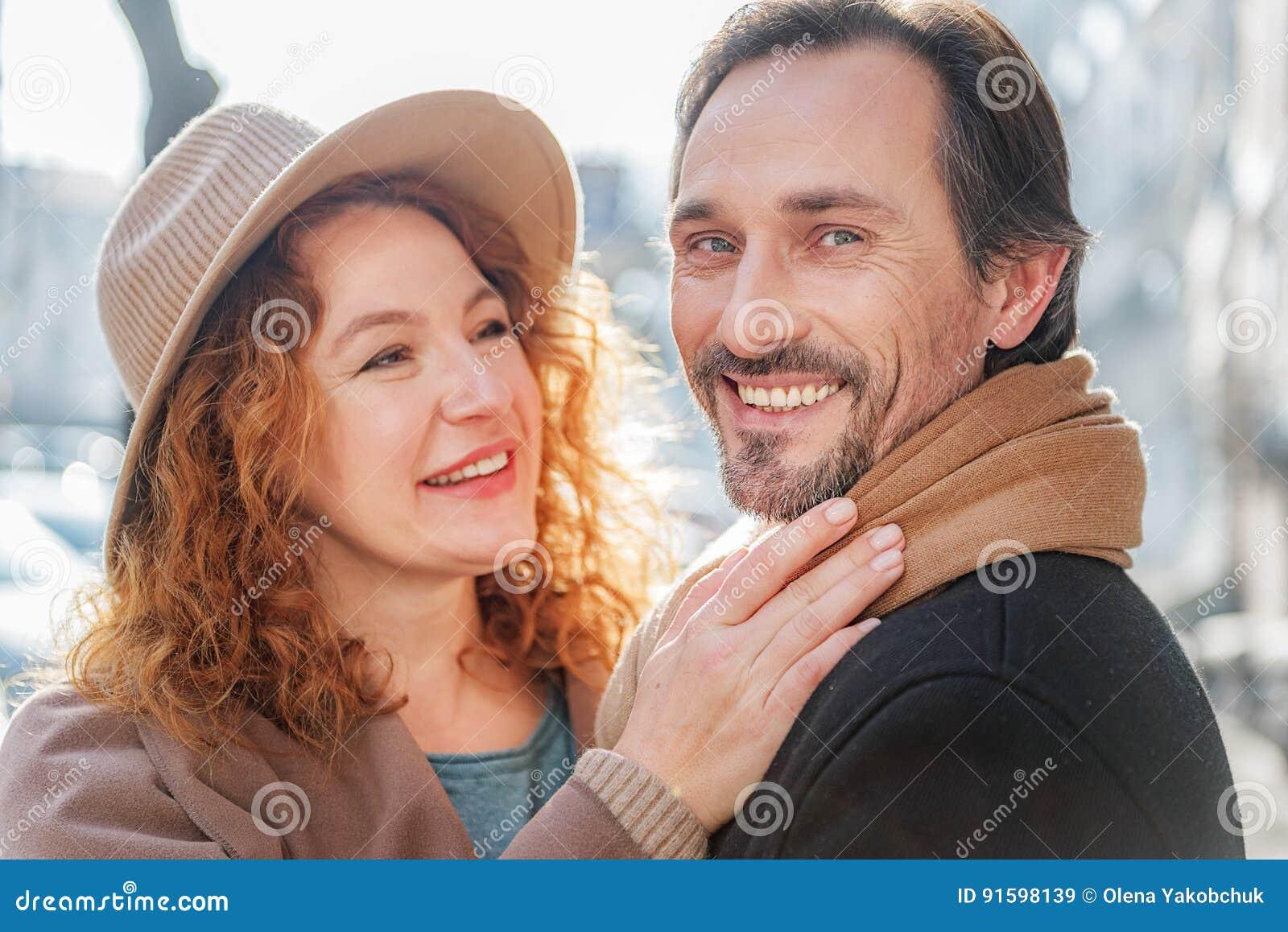 Bekymmerslösa mogna älska par som tycker om, går i stad