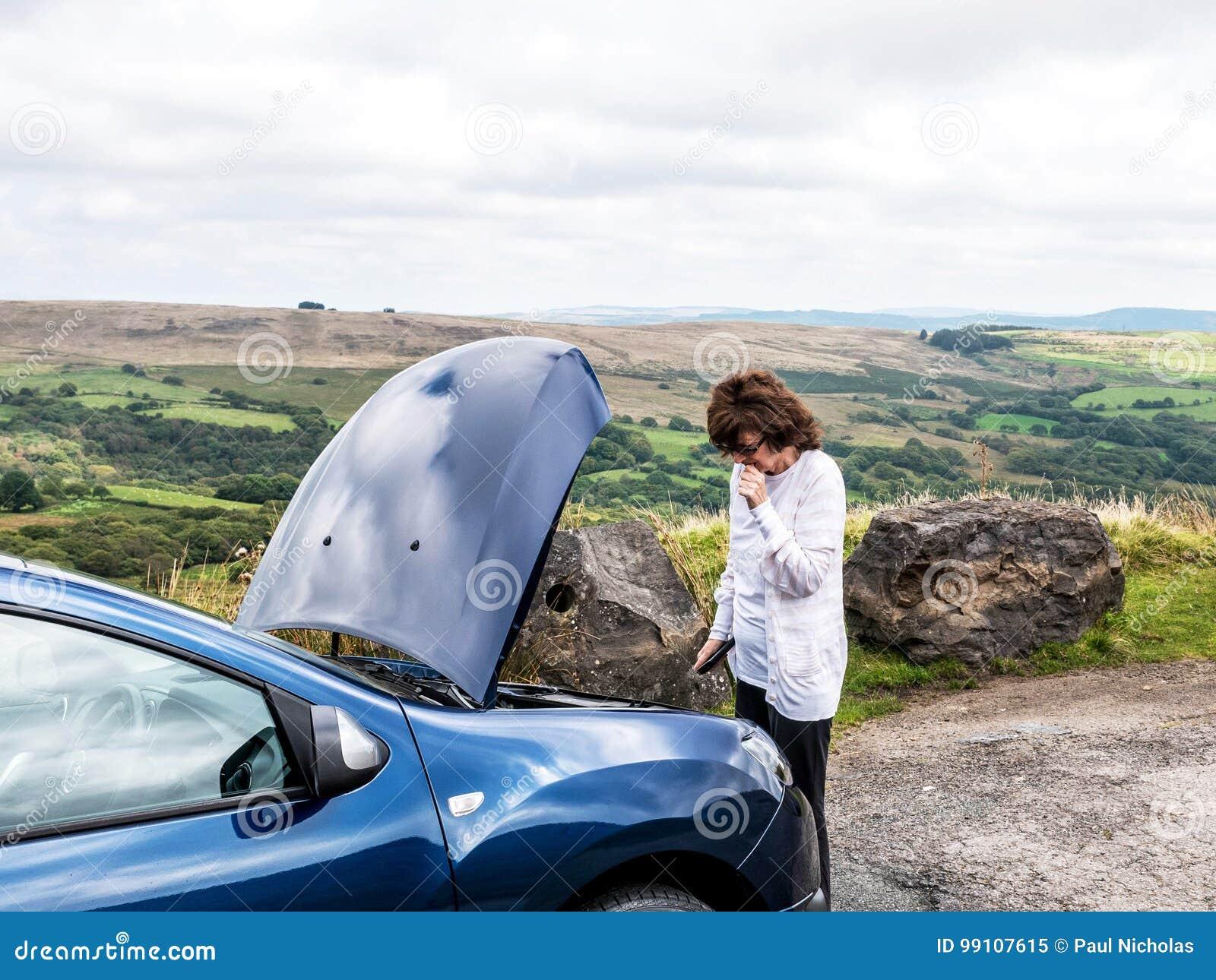Bekymrad dam på bilsammanbrottet