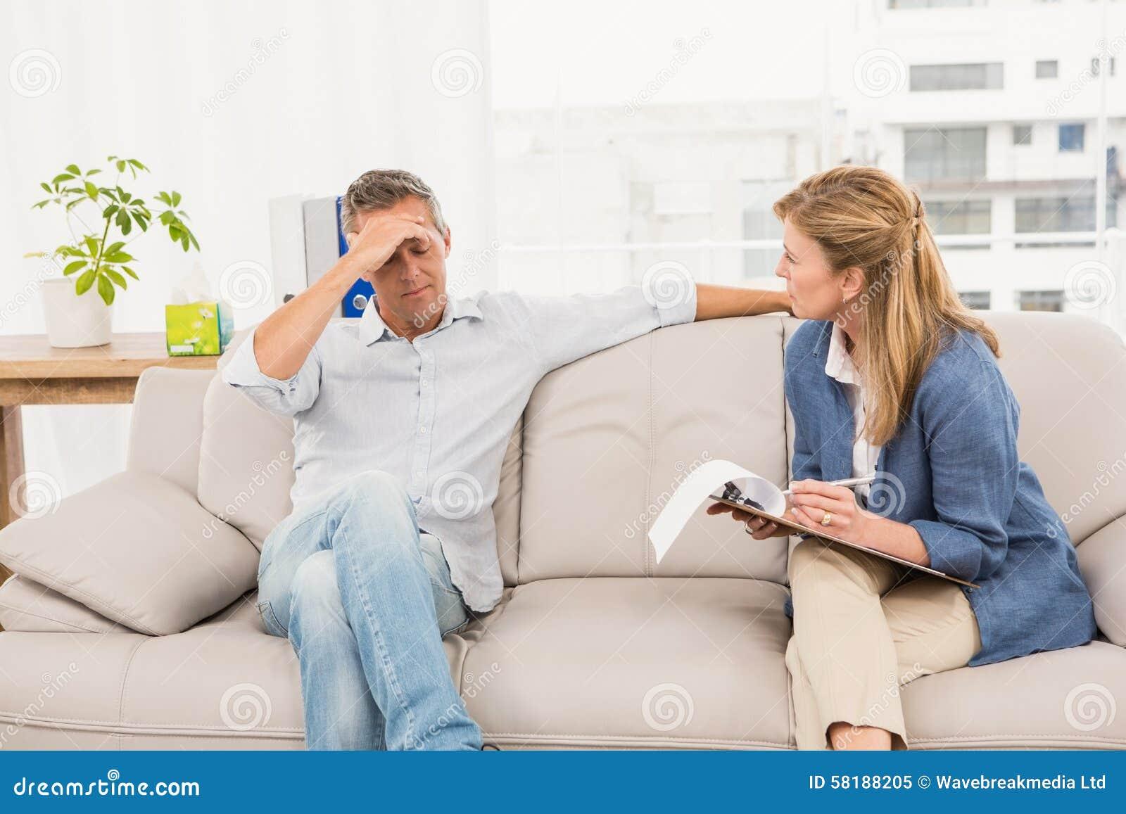 Bekymrad terapeut som talar med den manliga patienten