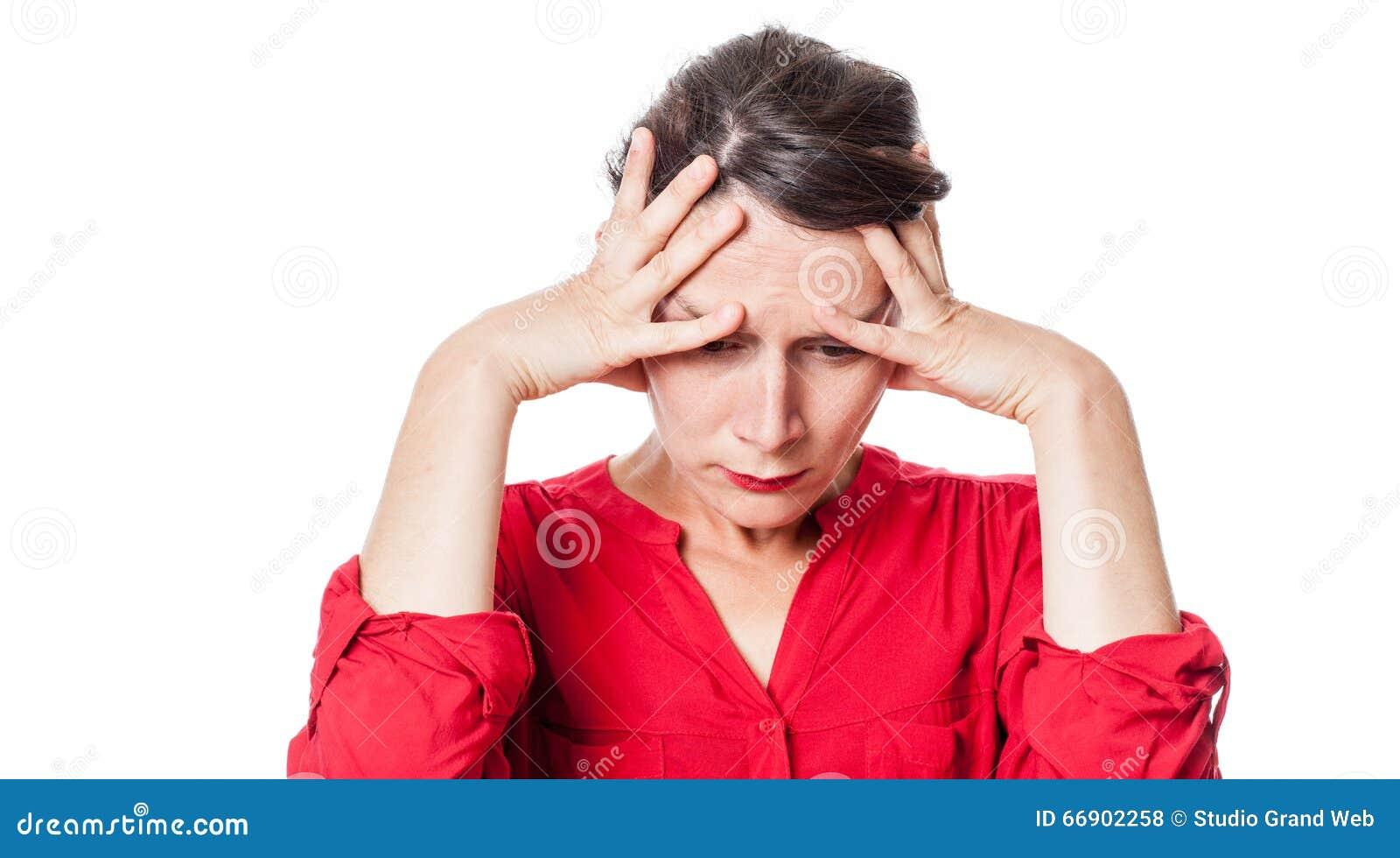 Bekymrat lidande för ung kvinna från en huvudvärk