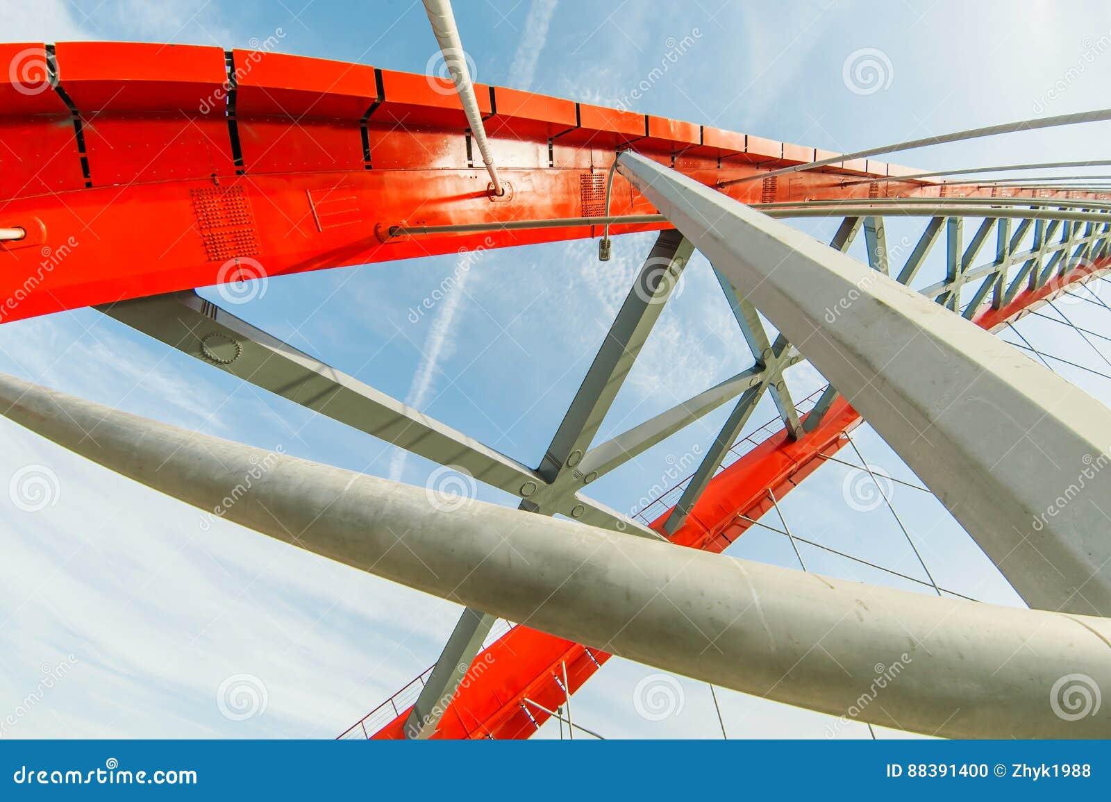 Belägga med metall konstruktion av en bro av röd färg