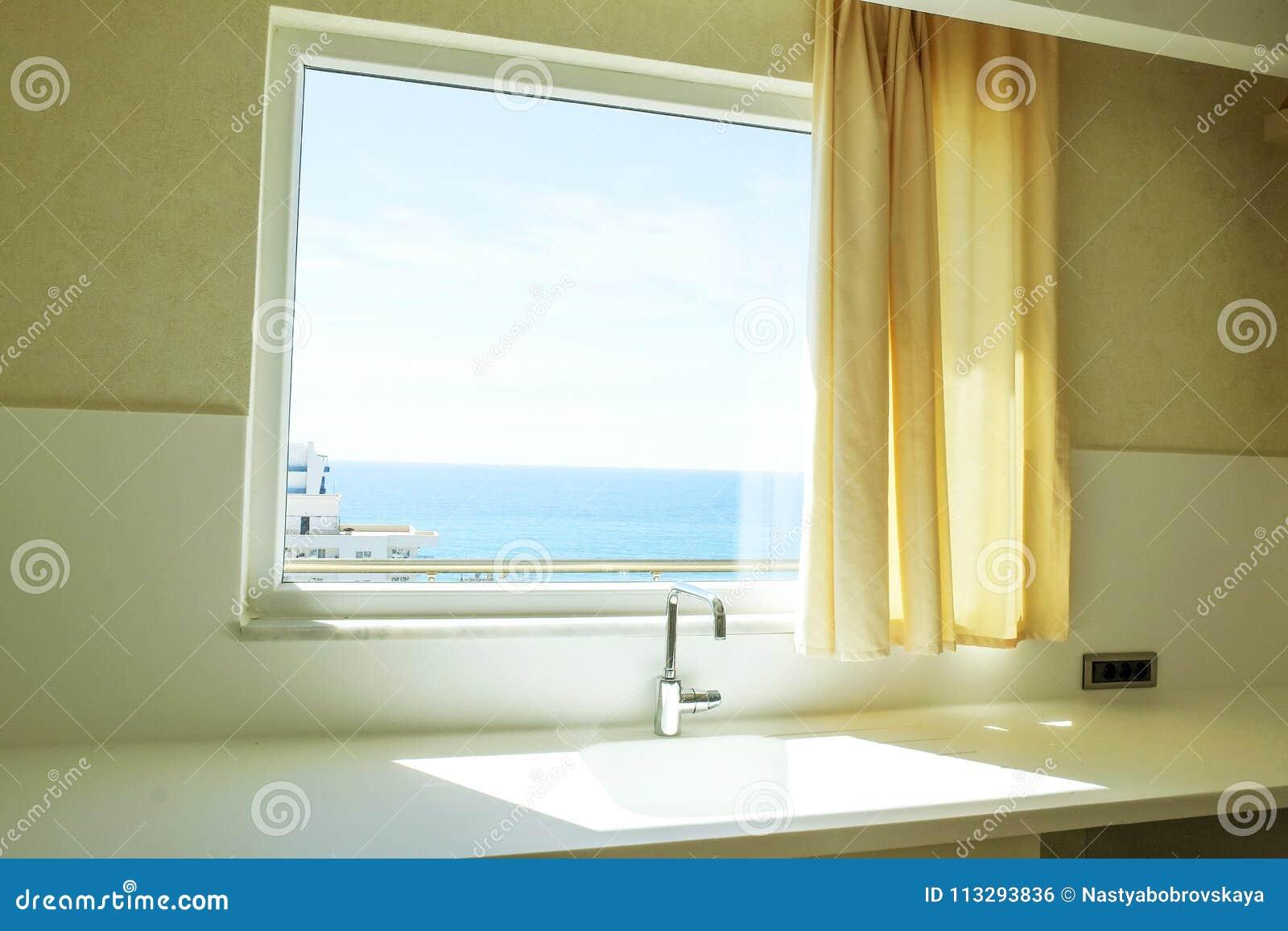 Bel appartement de côté du soleil avec la conception intérieure moderne minimalistic simple, salon ouvert de cuisine de plan au s