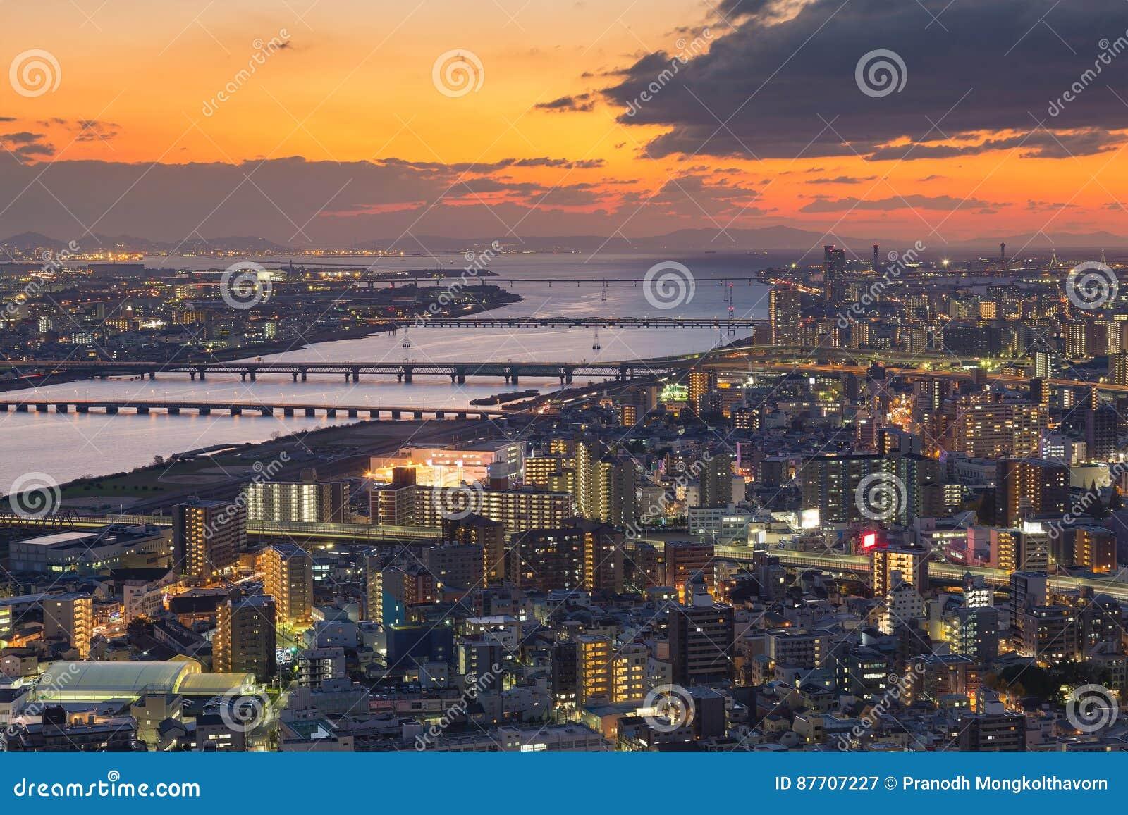 Bel horizon de coucher du soleil au-dessus des affaires centrales d Osaka du centre