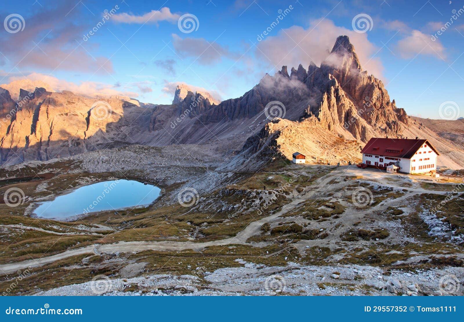 Bel horizontal de nature de montagne avec premier Paterno en Al de l Italie